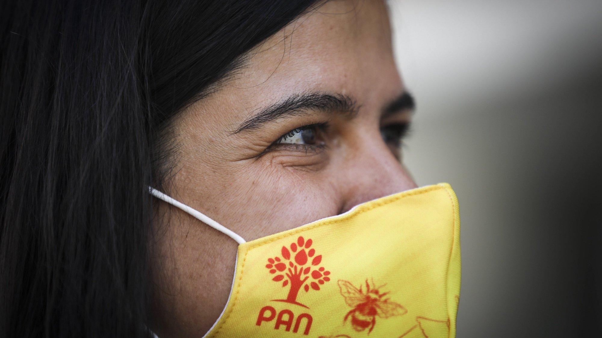A porta-voz do partido Pessoas-Animais-Natureza (PAN), Inês de Sousa Real, durante uma ação de campanha autárquica no Barreiro, 20 de setembro de 2021. ANDRÉ KOSTERS/LUSA