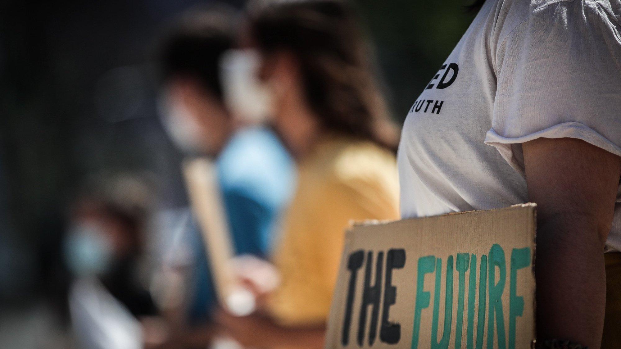 Corrente humana da Greve Climática Estudantil para exigir que a União Europeia atinja o objetivo de uma redução de 65% das emissões até 2030, frente à Assembleia da República, em Lisboa, 16 de junho de 2020. MÁRIO CRUZ/LUSA