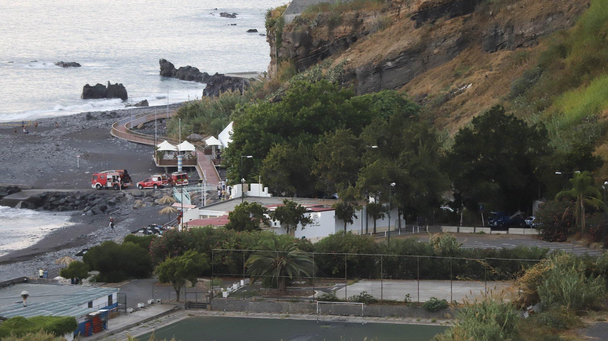 Derrocada de grande dimensão que ocorreu hoje na Praia Formosa, na zona da Praia do Arieiro, atingindo a 'promenade', sem provocar vítimas, no Funchal, ilha da Madeira, 26 de setembro de 2021. HOMEM DE GOUVEIA/LUSA
