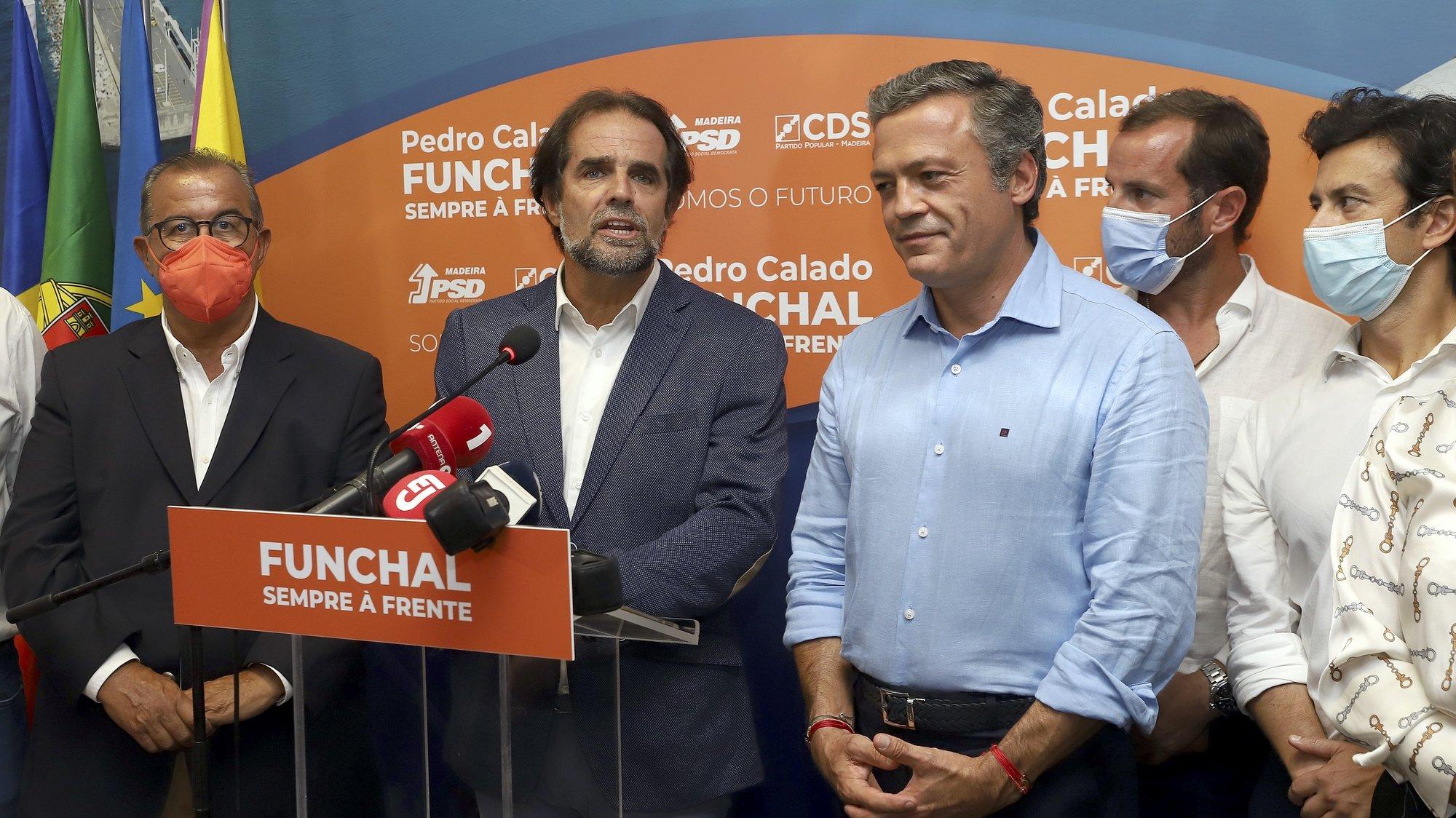 Miguel Albuquerque(2-E) e Pedro Calado (C) durante a noite das eleições regionais, Funchal, Madeira island, Portugal, 26 de setembro de 2021. HOMEM DE GOUVEIA/LUSA