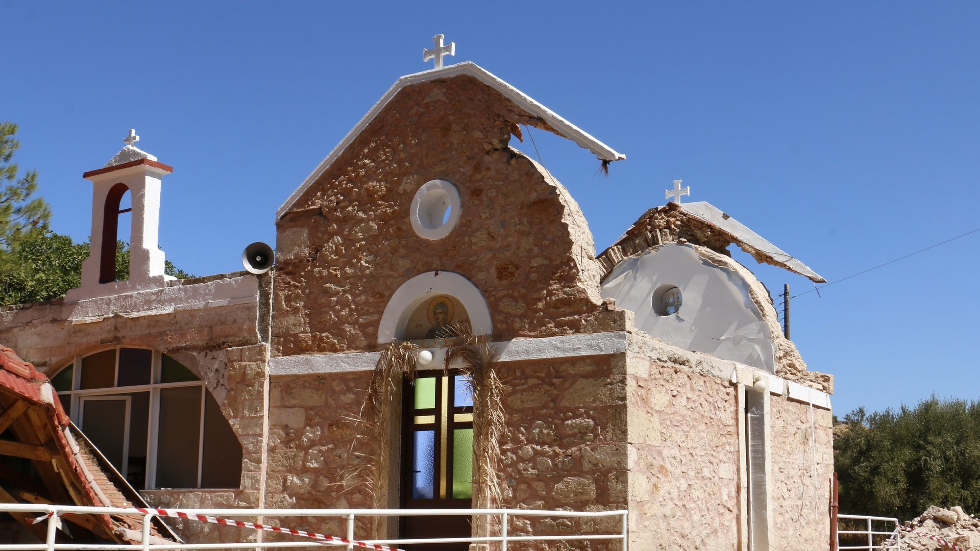 epaselect epa09491159 A damaged church in the aftermath of an earthquake in Roussochoria, eastern Crete, Greece, 27 September 2021. At least one person died and nine were injured when a 5.8 earthquake hit Greece's largest island at around 09:15 am local time.  EPA/NIKOS CHALKIADAKIS