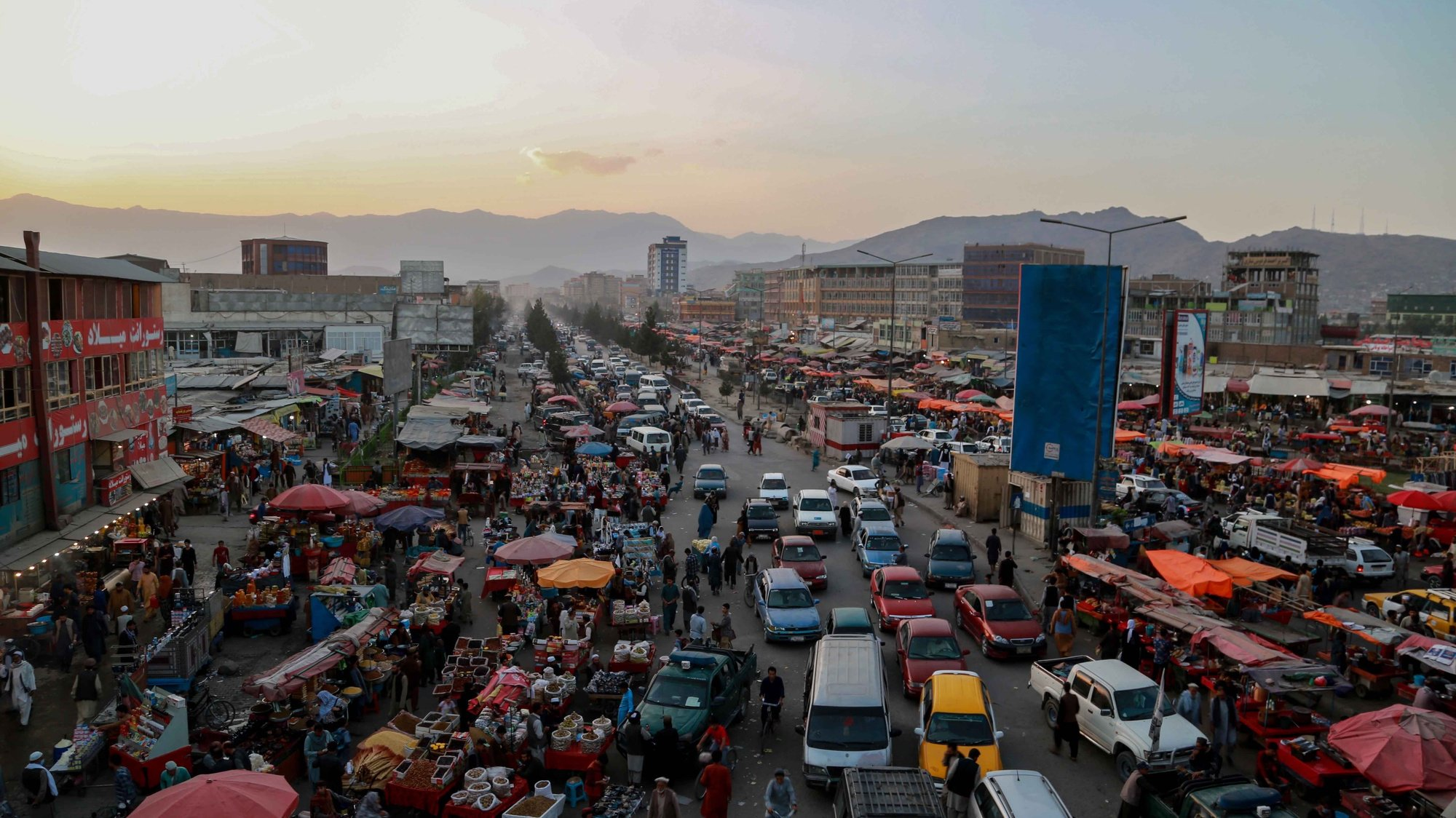 epa09492682 A view of a traffic jam in Kabul, Afghanistan, 28 September 2021. Lack of international recognition remains a pressing problem for the Taliban, who are not only geopolitically isolated but are also facing a major cash crunch after international financing institutions froze most of the funds Afghanistan has long relied upon for economic stability.  EPA/STRINGER