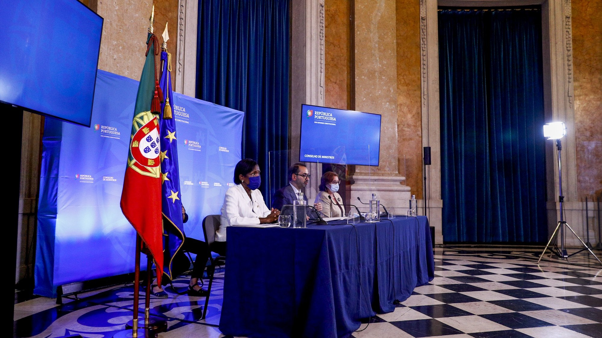 A ministra da Justiça, Francisca Van Dunem (E), acompanhada pelo secretário de Estado da Presidência do Conselho de Ministros, André Moz Caldas (C) e pela secretária de Estado dos Assuntos Europeus, Ana Paula Zacarias (D), durante a conferência de imprensa no final da reunião do Conselho de Ministros, que decorreu no Palácio da Ajuda, em Lisboa, 30 de setembro de 2021. ANTÓNIO COTRIM/LUSA