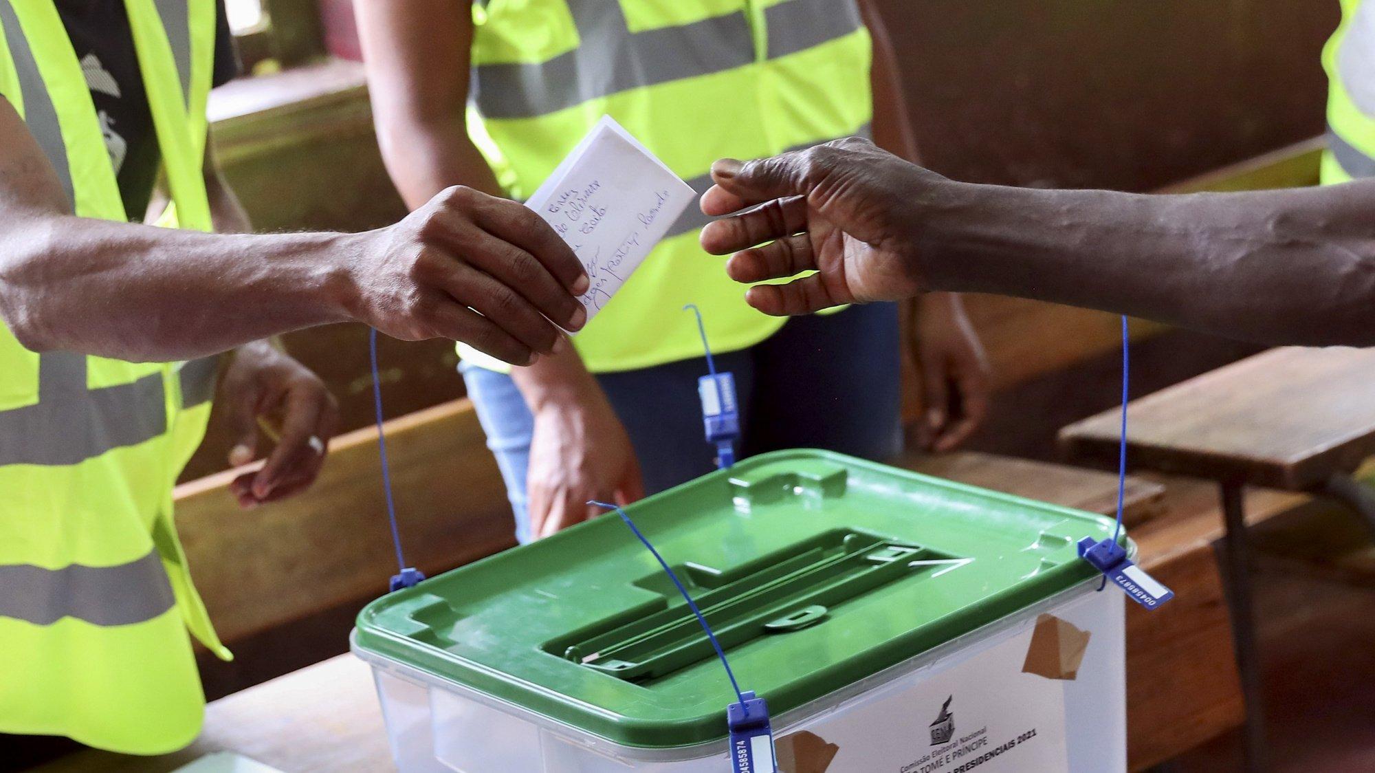 Eleitores votam durante a segunda volta das eleições presidenciais em São Tomé e Príncipe. Os candidatos Carlos Vila Nova e Guilherme Posser da Costa disputam hoje o cargo para a Presidência da República de São Tomé e Príncipe. Carlos Vila Nova (apoiado pelo partido Ação Democrática Independente, oposição) venceu a primeira volta das eleições presidenciais, realizada em 18 de julho, com 43,3% dos votos, enquanto Guilherme Posser da Costa (do Movimento de Libertação de São Tomé e Príncipe - Partido Social Democrata, no poder) teve 20,7%. São Tomé, 05 de setembro de 2021. NUNO VEIGA / LUSA