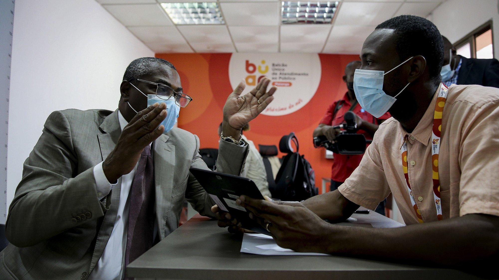Abel Chivukuvuku (E), coordenador da Frente Patriótica Unida (FPU), plataforma política eleitoral na oposição, proclamada na passada terça-feira, em Luanda, com o objetivo de alcançar o poder em 2022, atualizou o seu registo eleitoral juntamente com os políticos Adalberto Costa Júnior e Filomeno Vieira Lopes, ambos coordenadores adjuntos da FPU, Luanda, Angola, 7 de outubro de 2021.  AMPE ROGÉRIO/LUSA