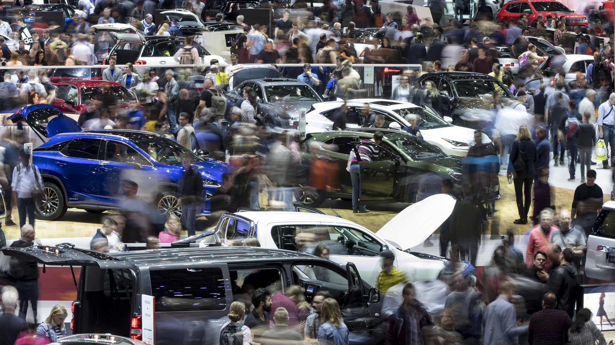 epa07442306 epa07442253 People look at cars as they visit the 89th Geneva International Motor Show, in Geneva, Switzerland, 16 March 2019. The Motor Show open its gates to the public from 07 to 17 March, presenting more than 180 exhibitors and more than 100 world and European premieres.  EPA/LAURENT GILLIERON  EPA-EFE/LAURENT GILLIERON