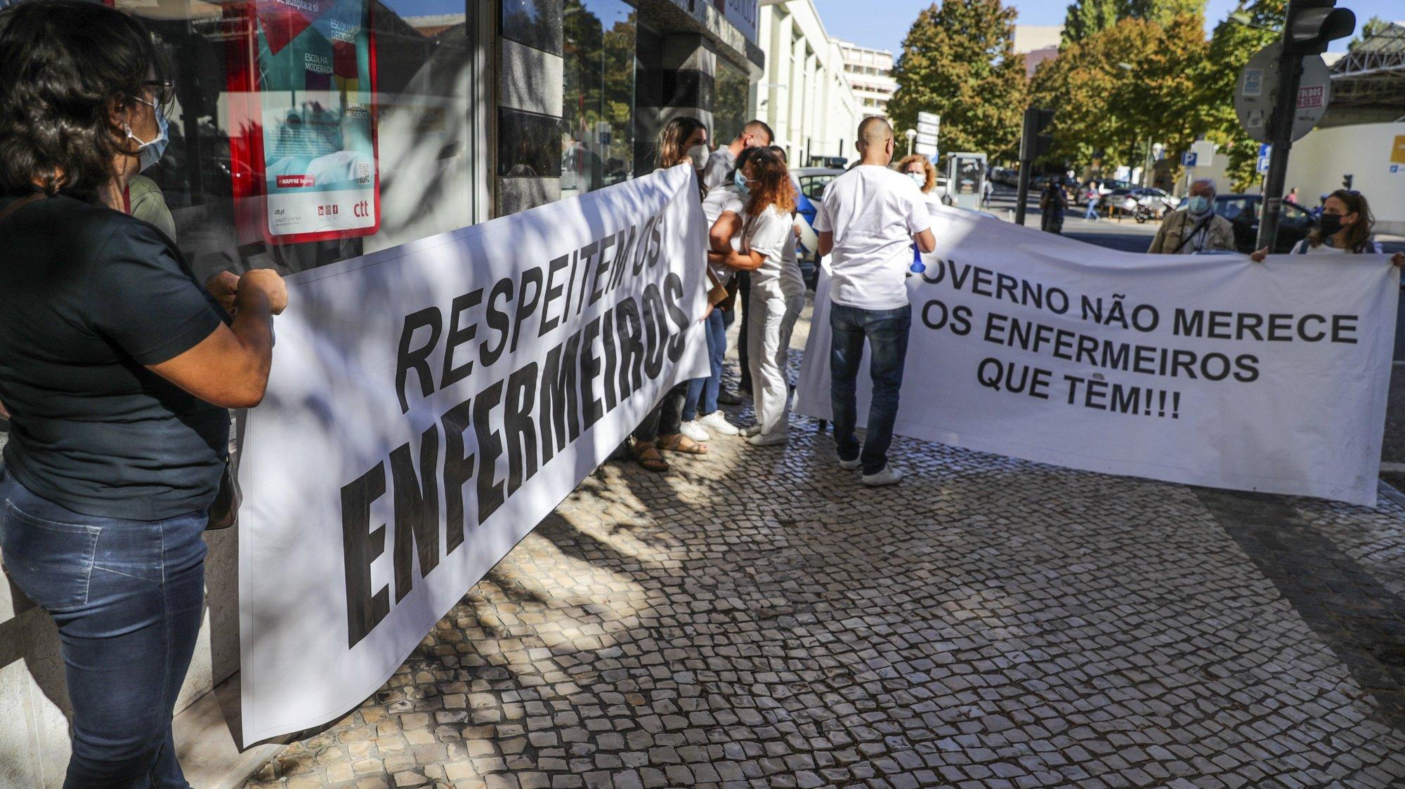 Cerca de duas dezenas de enfermeiros manifestaram-se em frente ao Ministério da Saúde para exigir a valorização das suas carreiras, Lisboa, 07 de outubro de 2021. TIAGO PETINGA/LUSA