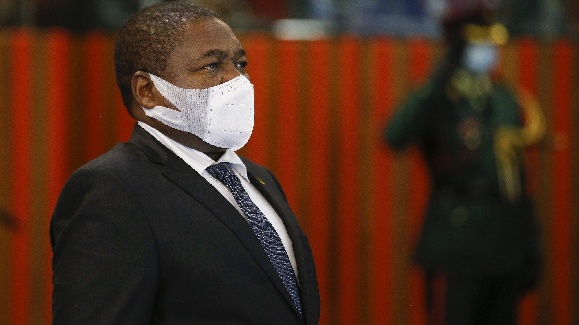 Presidente moçambicano Filipe Nyusi, de pé enquanto o hino nacional é tocado, Pretoria, África so Sul, 5 de outubro de 2021