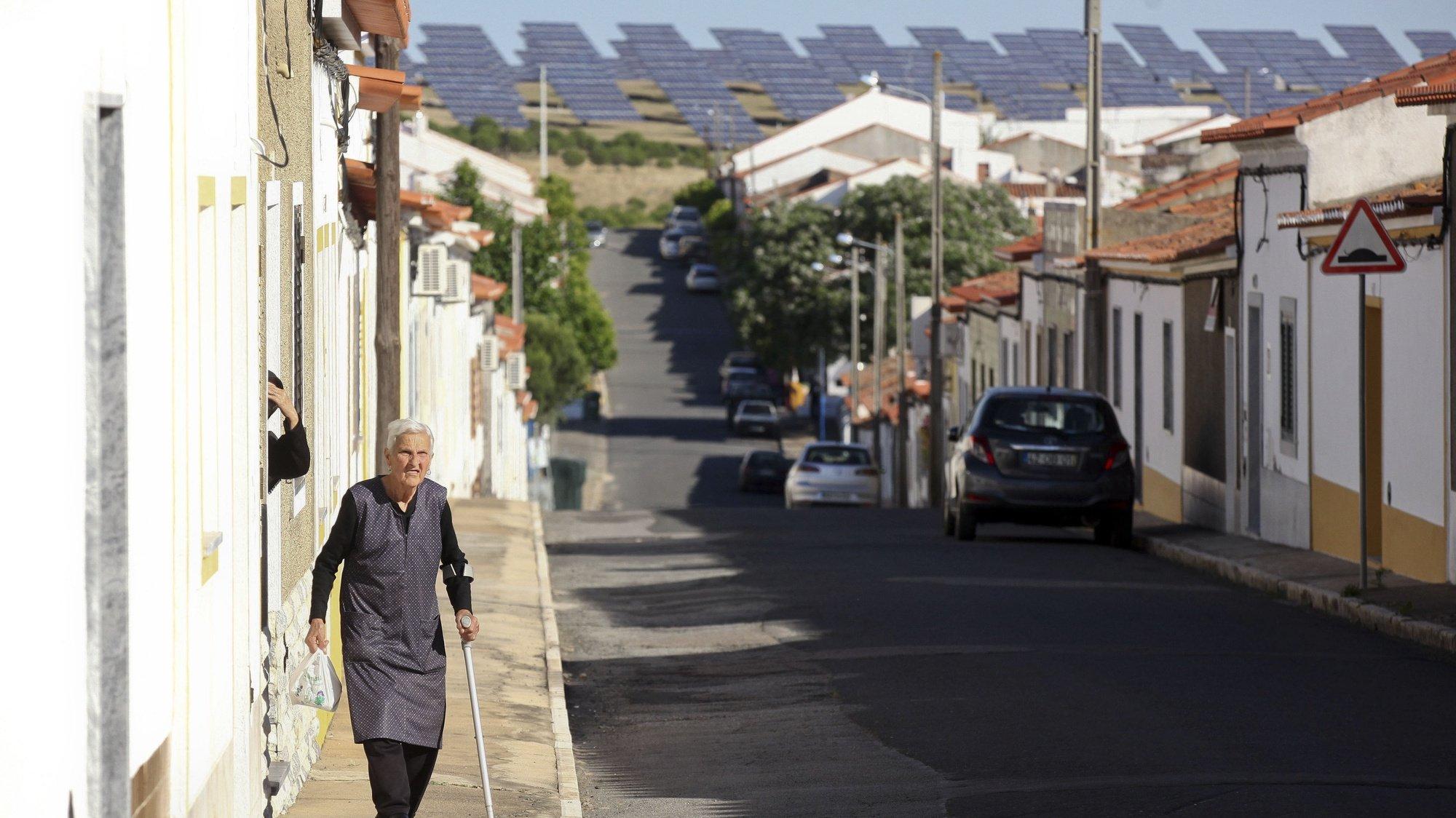 """Painéis solares da Central Solar Fotovoltaica de Amareleja, 03 de junho de 2015. Com Portugal a quebrar recordes de produção de eletricidade através de fontes renováveis, a Central Solar Fotovoltaica de Amareleja (Moura), instalada na terra com mais horas de sol, é considerada """"um bom exemplo"""". A pequena vila de Amareleja, tem como """"vizinha"""" uma paisagem """"pintada"""" com os gigantescos painéis solares da central fotovoltaica. (ACOMPANHA TEXTO DE 04 DE JUNHO DE 2016). NUNO VEIGA/LUSA"""