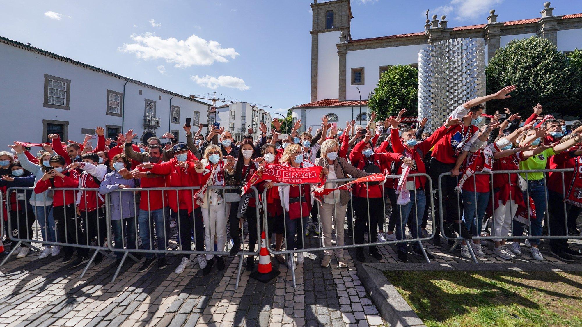 Adeptos do Sporting do Braga festejam a vitoria durante recepção da equipa na Câmara Municipal de Braga após vencer a Taça de Portugal, Braga, 24 de maio de 2021. HUGO DELGADO/LUSA