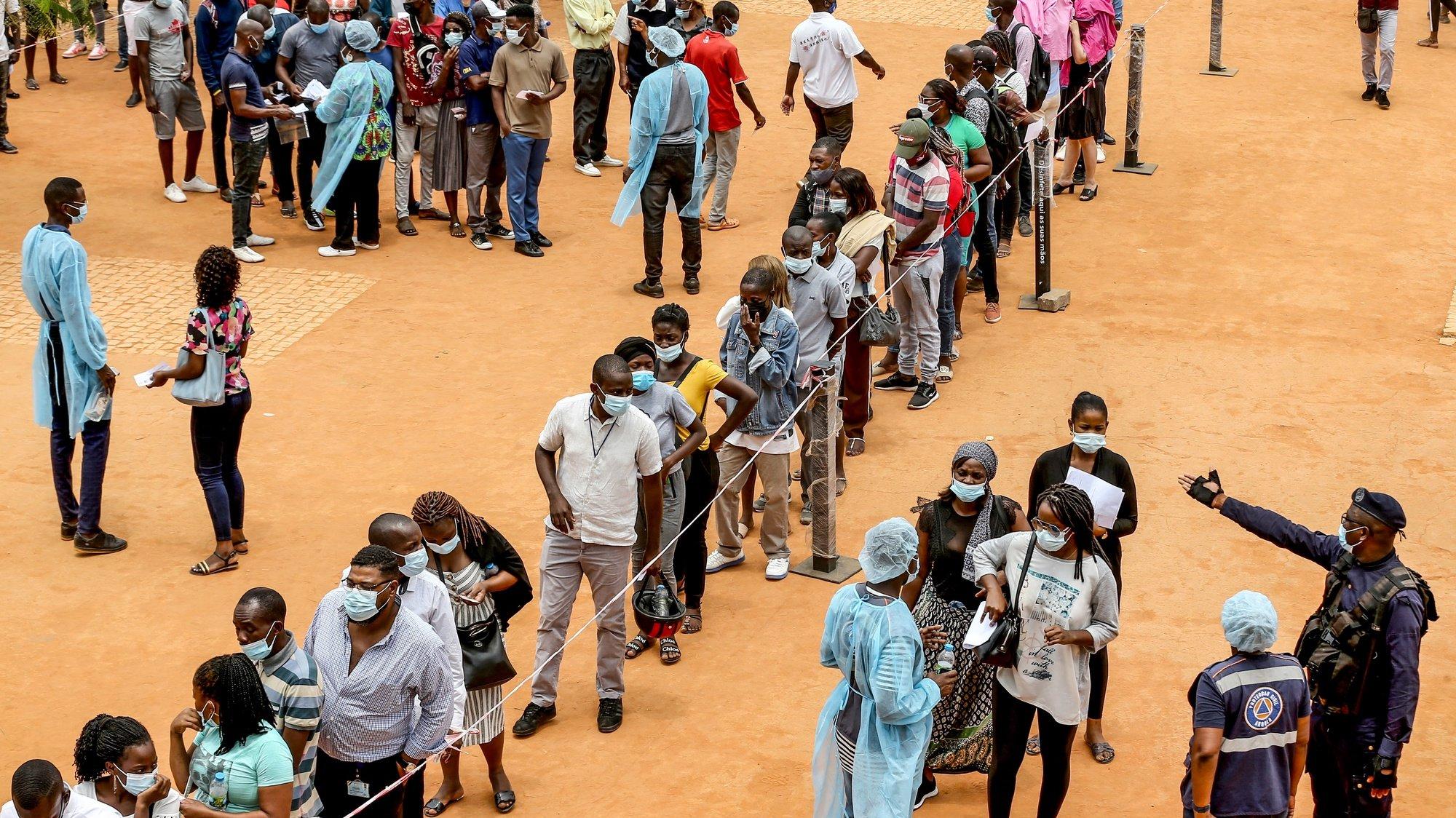 Reportagem sobre afluência aos centros de vacinação após novas medidas restritivas e exigência de certificados de vacinação, posto Mutu ya Kevela, Luanda, Angola, 01 de outubro de 2021. (ACOMPANHA TEXTO DE 02 DE OUTUBRO DE 2021). AMPE ROGÉRIO/LUSA
