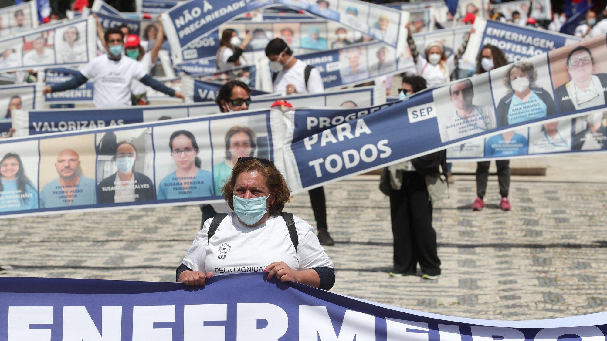 Profissionais de enfermagem juntaram-se numa manifestação convocada pelo Sindicato dos Enfermeiros Portugueses, do Marquês de Pombal aos Restauradores, em Lisboa, 12 de maio de 2021. TIAGO PETINGA/LUSA