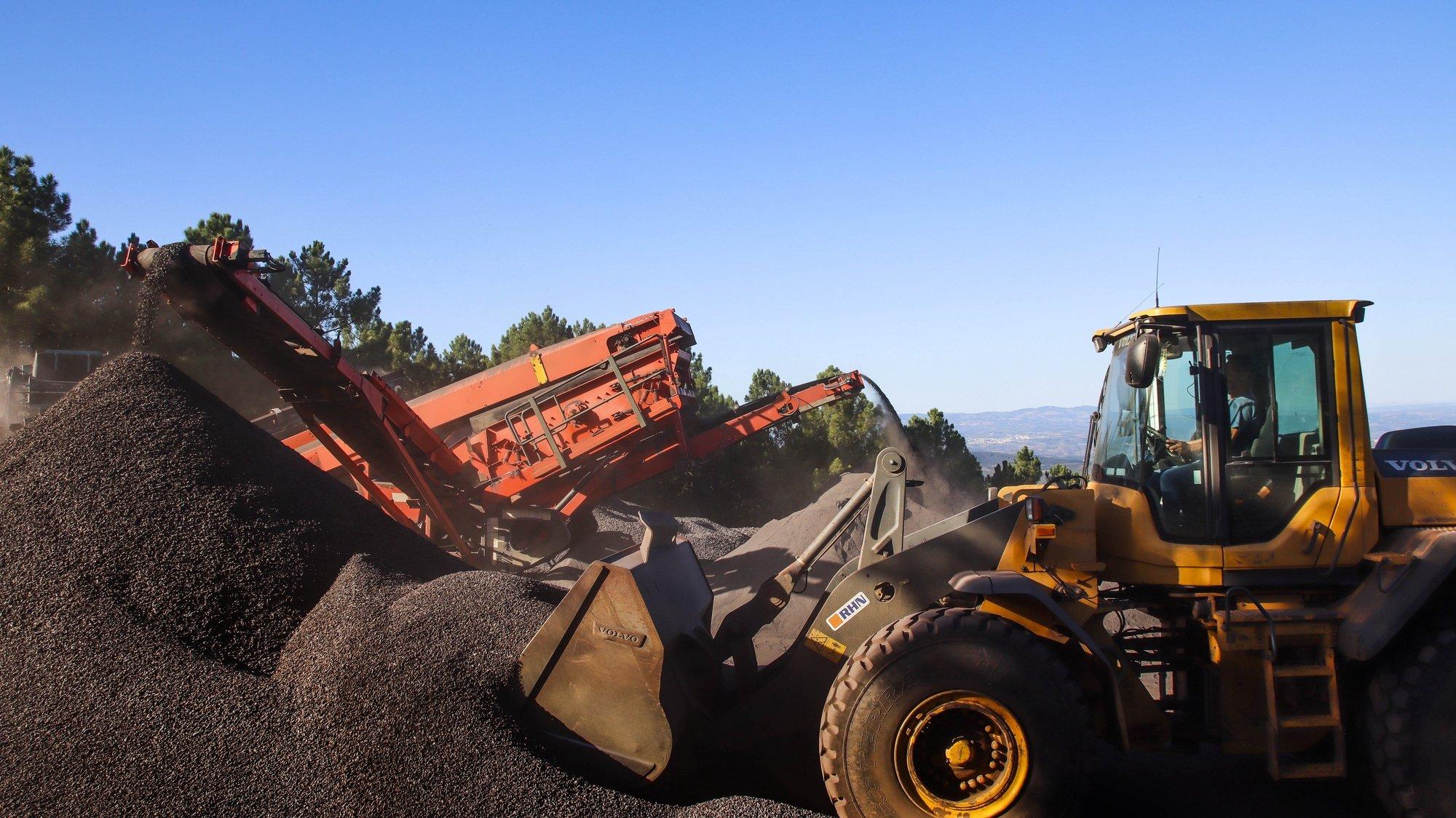 A concessionária das minas de Moncorvo, Aethel Mining Limited, deu início a extração de duas mil toneladas diárias de agregado de ferro de alta densidade, certificado, provenientes do depósito da Mua, 12 de outubro de 2021. O projeto mineiro instalado no cabeço da Mua, no concelho de Torre de Moncorvo, no distrito de Bragança, foi retomado no dia 13 março de 2020, após 38 anos de abandono, estando previsto um investimento de 550 milhões de euros para os próximos 60 anos. ( ACOMPANHA TEXTO DO DIA 13 DE OUTUBRO DE 2021). FOTO FRANCISCO PINTO/LUSA