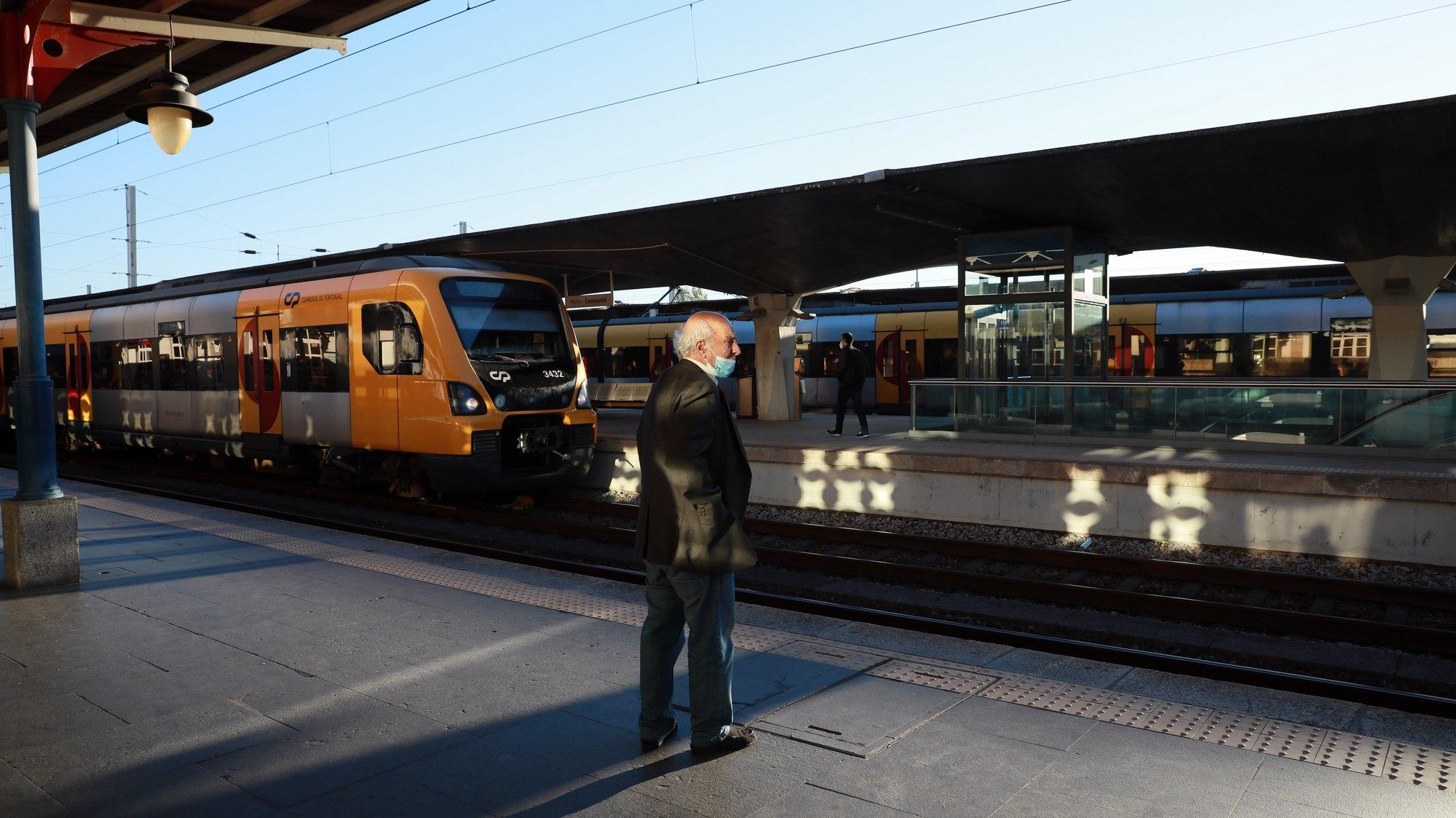 A CP- Comboios de Portugal realizou 108 das 255 ligações ferroviárias que tinha programadas até às 08:00, devido à greve dos trabalhadores da empresa e da Infraestruturas de Portugal, estação de Campanhã no Porto, 08 de outubro 2021. ESTELA SILVA/LUSA
