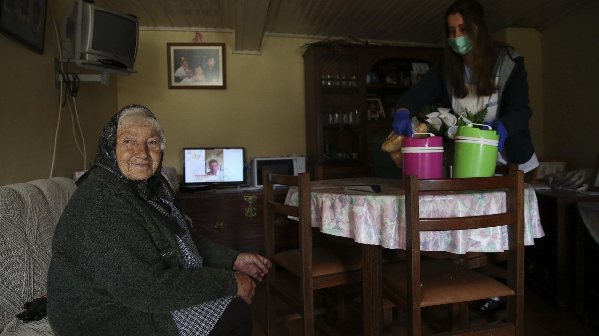 Elementos da Santa Casa da Misericórdia de Castro Daire prestam apoio diário ao domicilio às pessoas mais debilitadas e isoladas, na maioria idosos e com carências sociais, em Castro Daire, 19 de março de 2020. A Direção-Geral da Saúde (DGS) elevou hoje o número de casos confirmados de infeção para 785, mais 143 do que na quarta-feira. O número de mortos no país subiu para três. NUNO ANDRÉ FERREIRA/LUSA