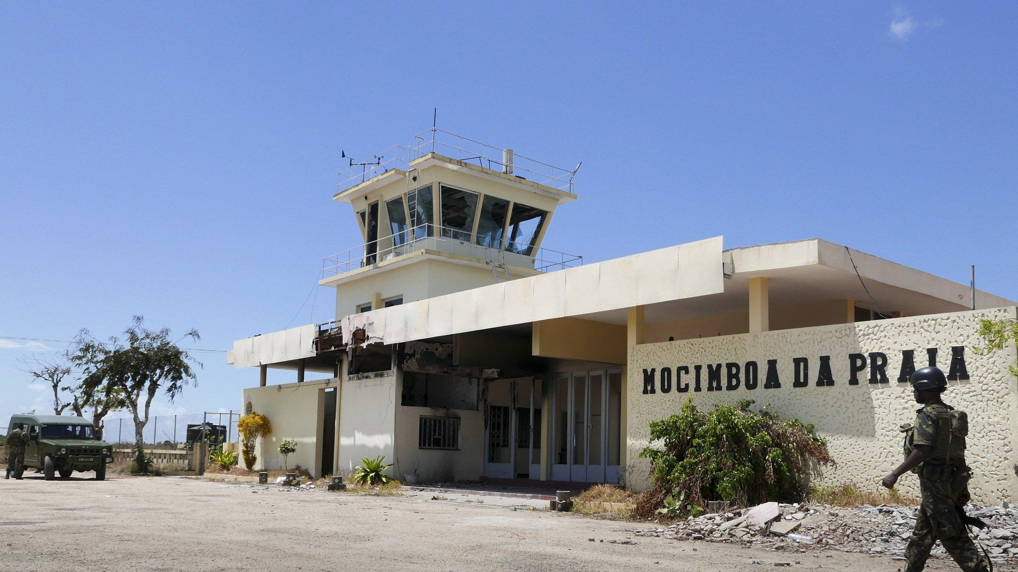 Aeroporto de Mocímboa da Praia destruído após a insurgência em Cabo Delgado, província do norte de Moçambique, Mocimboa da Praia, Cabo Delgado, Moçambique, 9 de setembro de 2021. Grupos rebeldes ocuparam a vila durante um ano, até ao início de agosto, e deixaram-na deserta e gravemente danificada. Uma comitiva da empresa Eletricidade de Moçambique e do Governo moçambicano liderada pelo ministro dos Recursos Minerais e Energia, Max Tonela, visitou hoje zonas libertadas do conflito armado em Cabo Delgado para avaliar danos e estudar reparações. Foi a primeira visita governamental a passar por Mocímboa da Praia desde a reconquista. LUIS MIGUEL FONSECA / LUSA