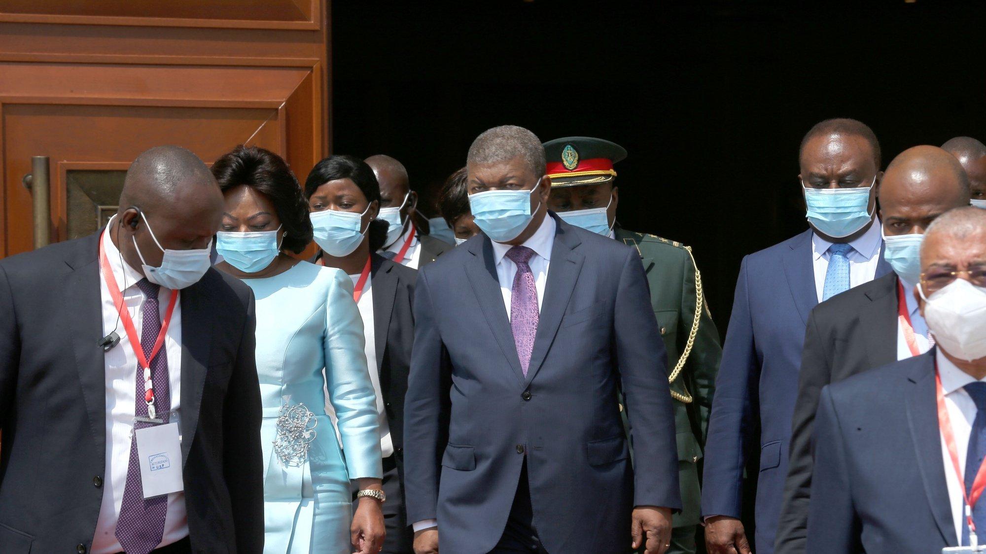 O Presidente da República de Angola, João Lourenço (C), acompanhado pela sua mulher, Ana Dias Lourenço (2-E), e pelo presidente do Parlamento, Fernado da Piedade Dias dos Santos (3-D), à saída da cerimónia de abertura da sessão plenária solene da 5.ª sessão legislativa da 4.ª legislatura da Assembleia Nacional, em Luanda, Angola, 15 de outubro de 2021. Na sua mensagem à nação, que marcou hoje a abertura do ano parlamentar, João Lourenço afirmou que, no corrente ano, foram recuperados quase 5.000 milhões de dólares (4.300 milhões de euros), em dinheiro, bens, património ou participações sociais, dos quais 2.100 milhões de dólares (1.800 milhões de euros) foram concretizados no estrangeiro. AMPE ROGÉRIO/LUSA
