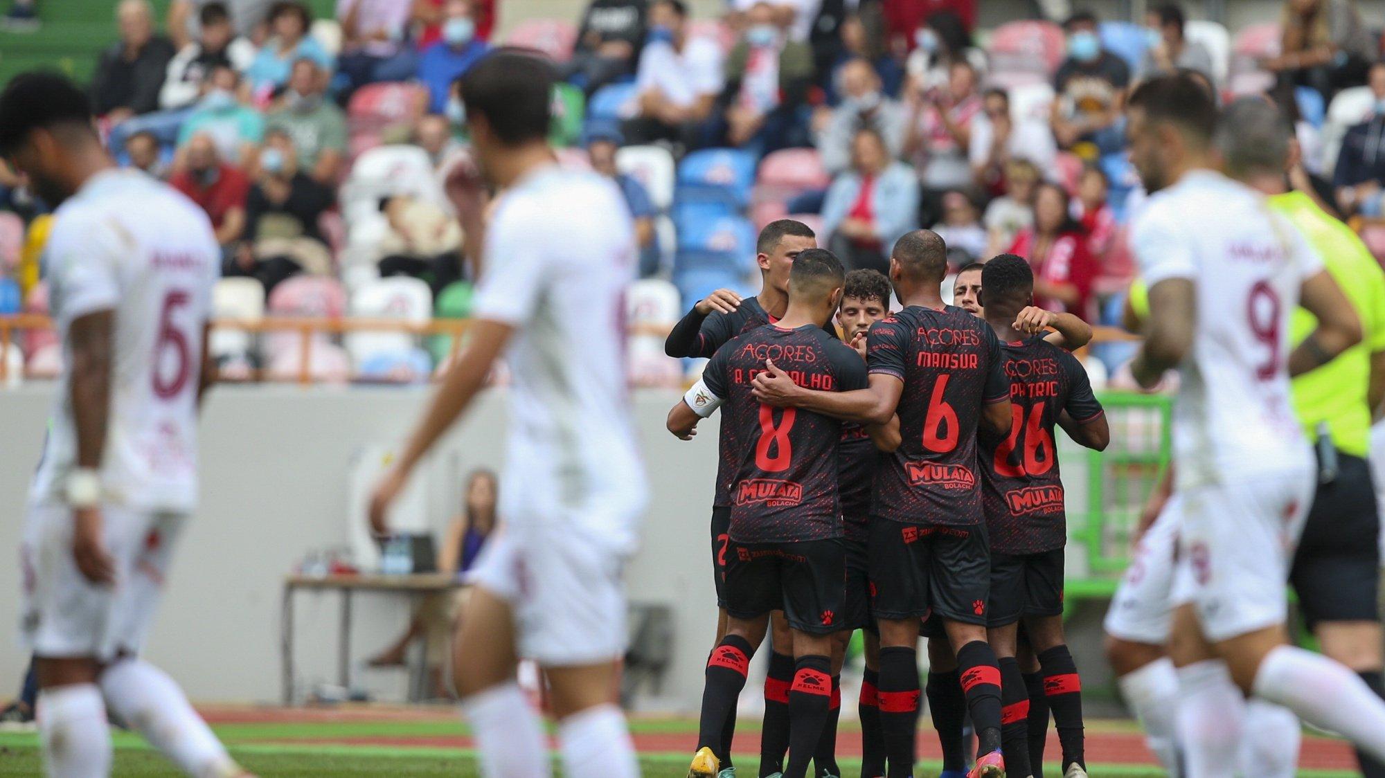 Os jogadores do Santa Clara festejam a marcação de um golo, durante o jogo da 3.ª eliminatória da Taça de Portugal, entre o União de Leiria e o Santa Clara, disputado no Estádio Municipal Magalhães Pessoa, em Leiria, 16 de outubro de 2021. PAULO CUNHA/LUSA