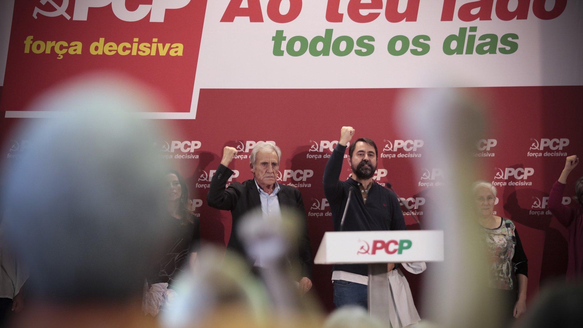 """O secretário-geral do Partido Comunista Português (PCP), Jerónimo de Sousa (E), durante o comício """"PCP – Força decisiva. Ao teu lado todos os dias"""", na Escola Secundária Carolina Michaelis, no Porto, 16 de outubro de2021. MANUEL FERNANDO ARAÚJO/LUSA"""