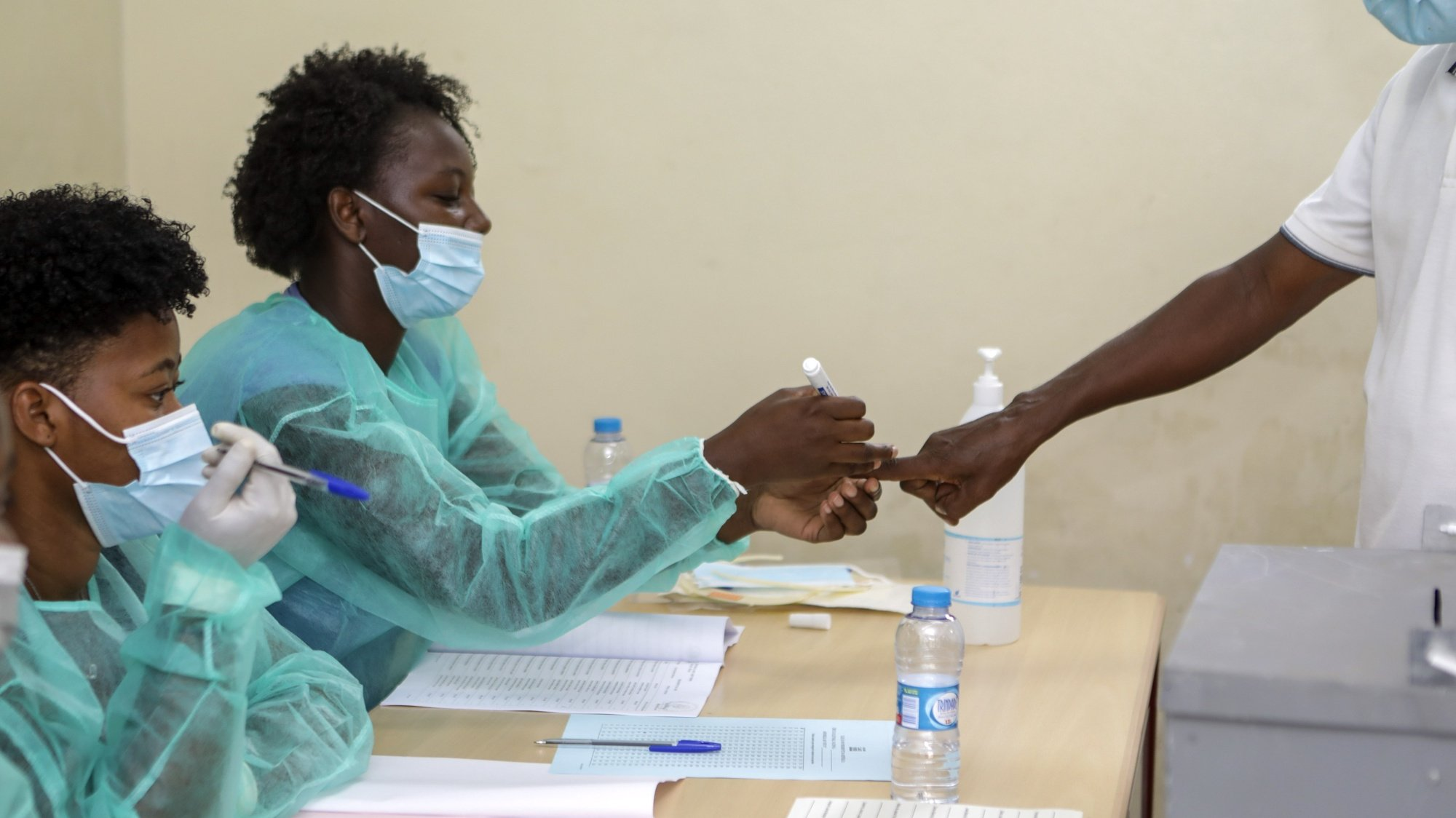Centenas de cabo-verdianos começaram a votar para escolher o próximo Presidente da República, as terceiras eleições em pandemia, entre as dúvidas de uma segunda volta, daqui a 15 dias, 17 de outubro de 2021. ELTON MONTEIRO/LUSA