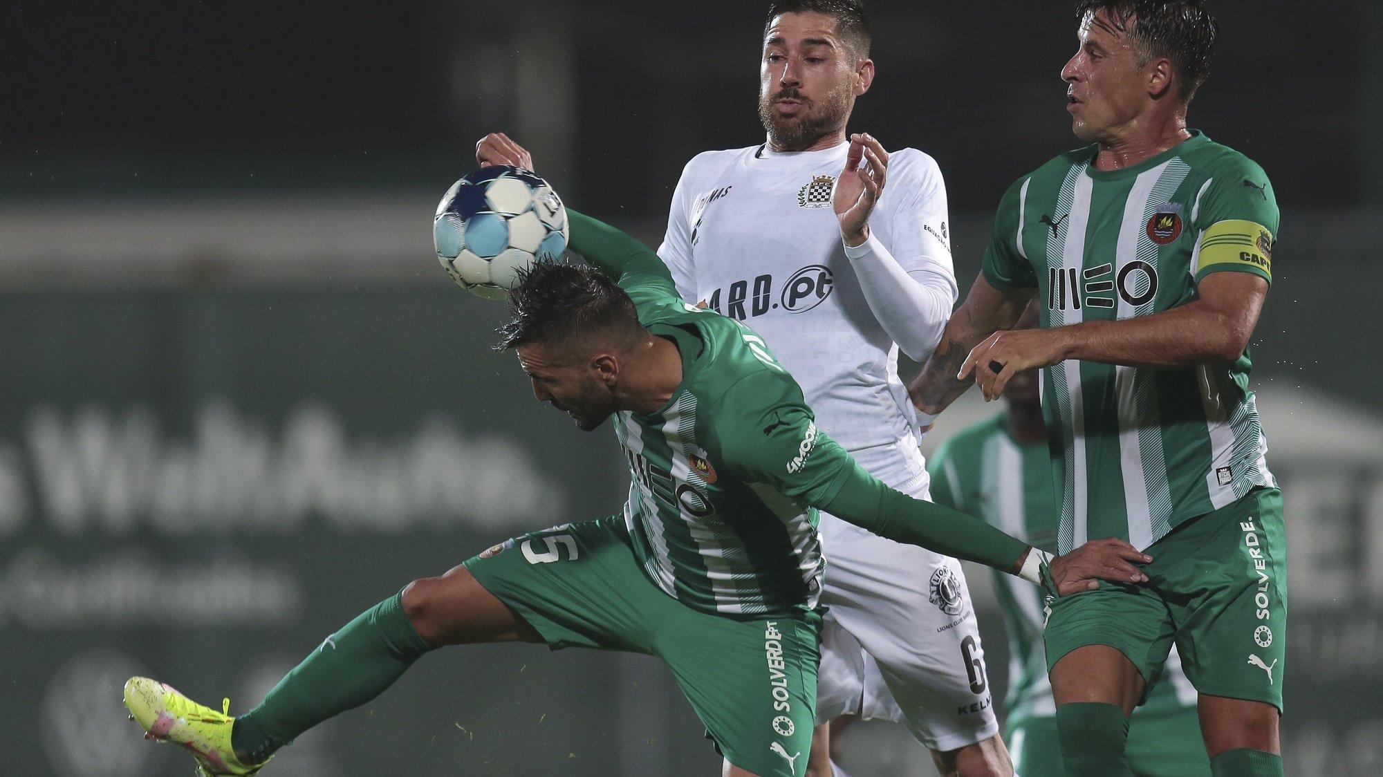 O jogador do Rio Ave Zé Manuel (E) disputa a bola com o jogador do Boavista Javi Garcia (C), durante o jogo da 3.ª eliminatória da Taça de Portugal, entre o Rio Ave e o Boavista, disputado no Estádio dos Arcos, em Vila do Conde, 17 de outubro de 2021. MANUEL FERNANDO ARAÚJO/LUSA