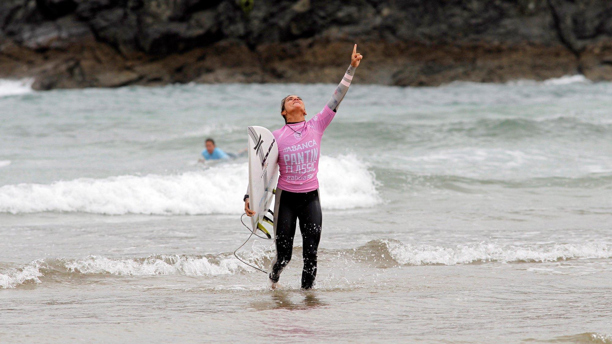 """Carolina Mendes celebra após ganhar a final feminina da competição """"Galicia Pro surfing"""""""