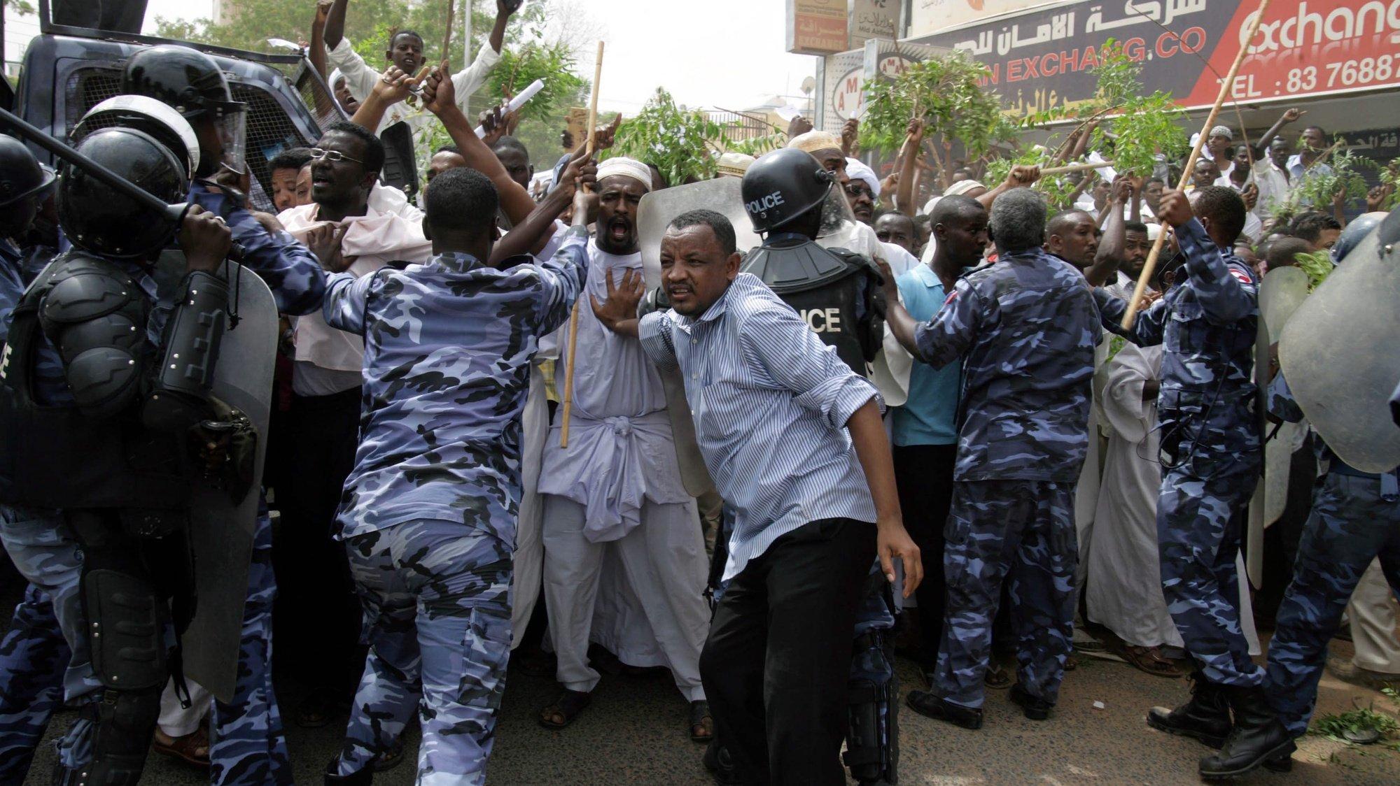 Soldados sudaneses tentam prevenir protestantes de invader a embaixada alemã, devido a um filme considerado anti-islão.