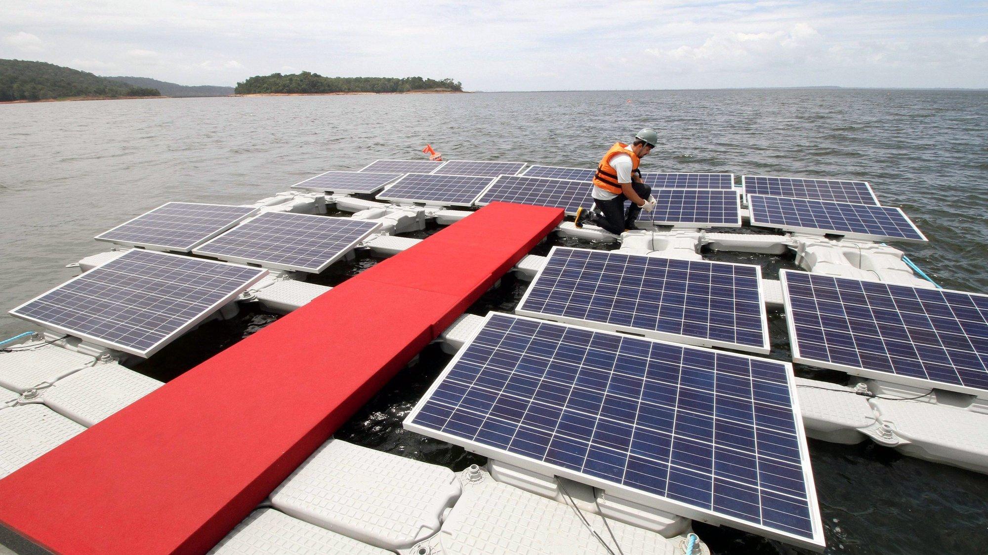 "Primeira ""solar farm"" flutuante, no Brasil."