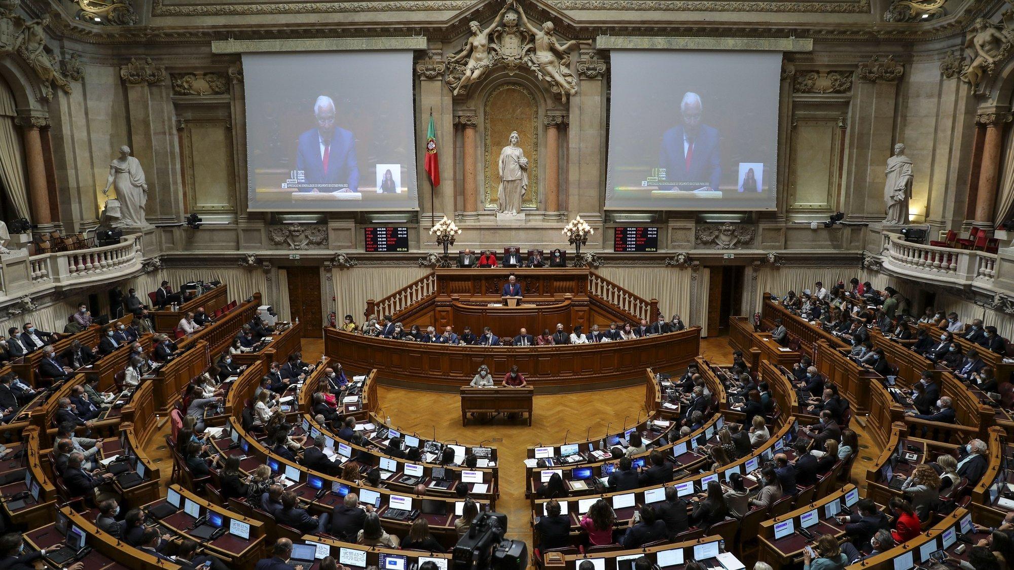 O primeiro-ministro, António Costa, intervém no debate sobre a apreciação na generalidade do Orçamento do Estado para 2022 (OE2022), esta tarde na Assembleia da República, em Lisboa, 26 de outubro de 2021. Se os partidos mantiverem o sentido de voto anunciado, a proposta do Governo de Orçamento deverá ser chumbada na quarta-feira logo na generalidade com os votos contra do PSD, Bloco de Esquerda, PCP, CDS-PP, PEV, Iniciativa Liberal e Chega, tendo os votos a favor apenas do PS e as abstenções do PAN e das deputadas não inscritas Joacine Katar-Moreira e Cristina Rodrigues. MIGUEL A. LOPES/LUSA