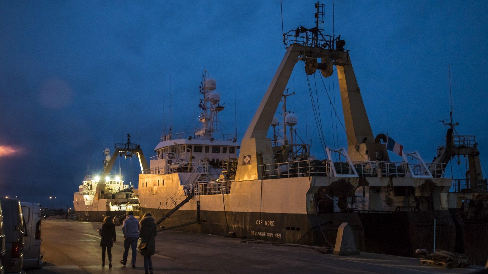 Barco de pesca num porto do norte de França