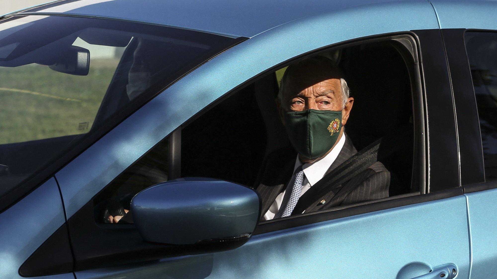 O Presidente da República, Marcelo Rebelo de Sousa, conduz um carro, durante a visita à fábrica Renault Cacia, por ocasião do 40.º aniversário, em Cacia, Aveiro, 27 de outubro de 2021. JOSÉ COELHO/LUSA