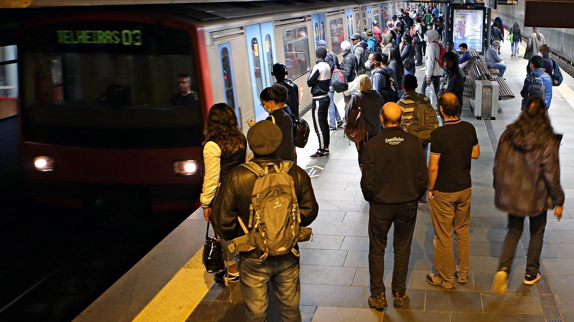 Passageiros do metro de Lisboa na estação do Cais do Sodré, em Lisboa, 29 de abril de 2020. O decreto-lei que regulamenta a aplicação do estado de emergência até dia 02 de maio, define que o número máximo de passageiros por transporte deve ser reduzido para um terço do número máximo de lugares disponíveis, por forma a garantir a distância adequada entre os utentes dos transportes. ANTÓNIO PEDRO SANTOS/LUSA