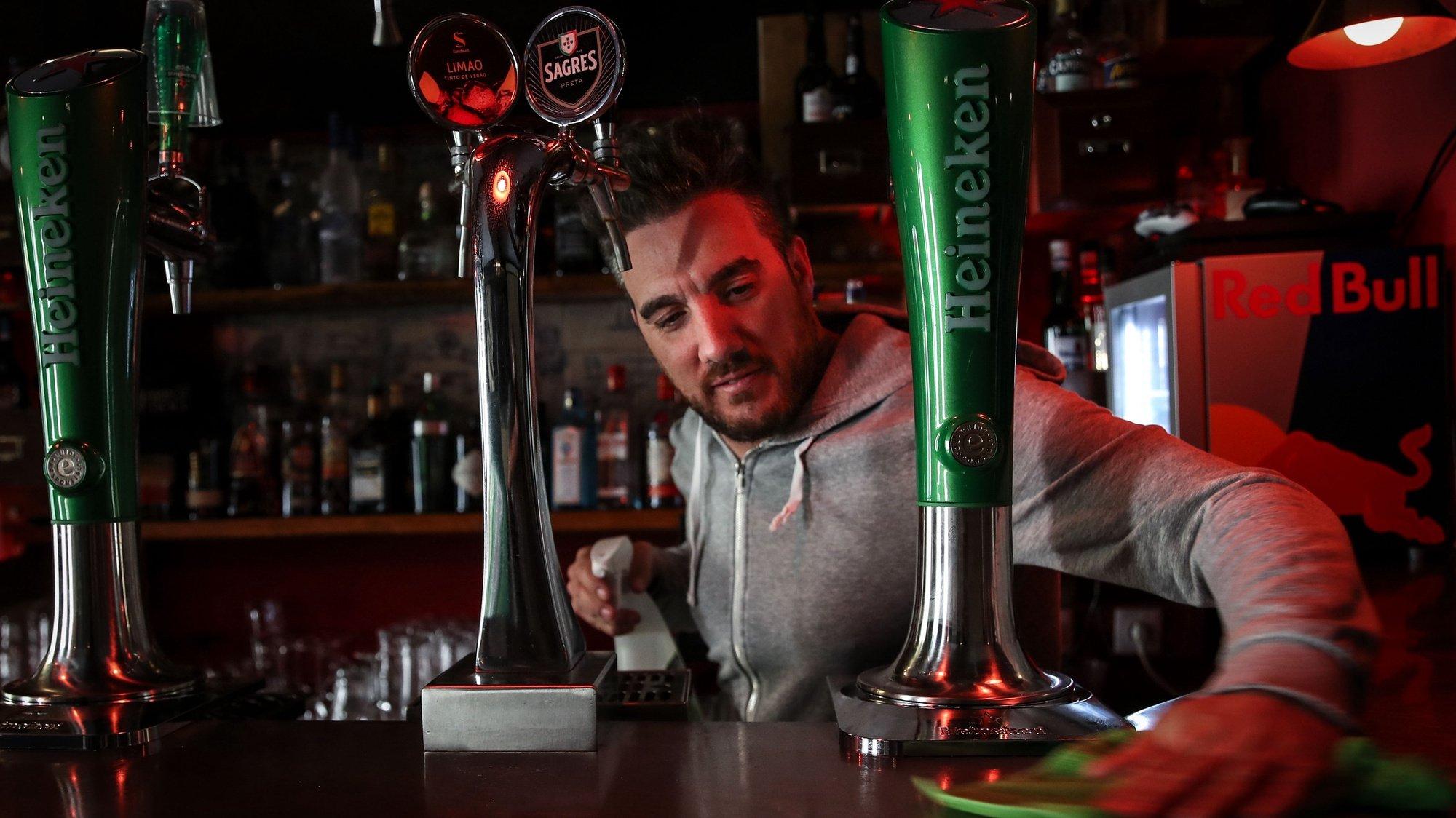 O filho do dono e gerente do bar Boca Doce, Bruno Ferreira, durant uma reportagem no Bairro Alto sobre o fecho dos bares e impacto para os empresários, moradores e comércio local que continuam quase sem clientes na sequência da pandemia da covid-19, em Lisboa, 19 de junho de 2020. (ACOMPANHA TEXTO DE 20 DE JUNHO DE 2020). MANUEL DE ALMEIDA/LUSA