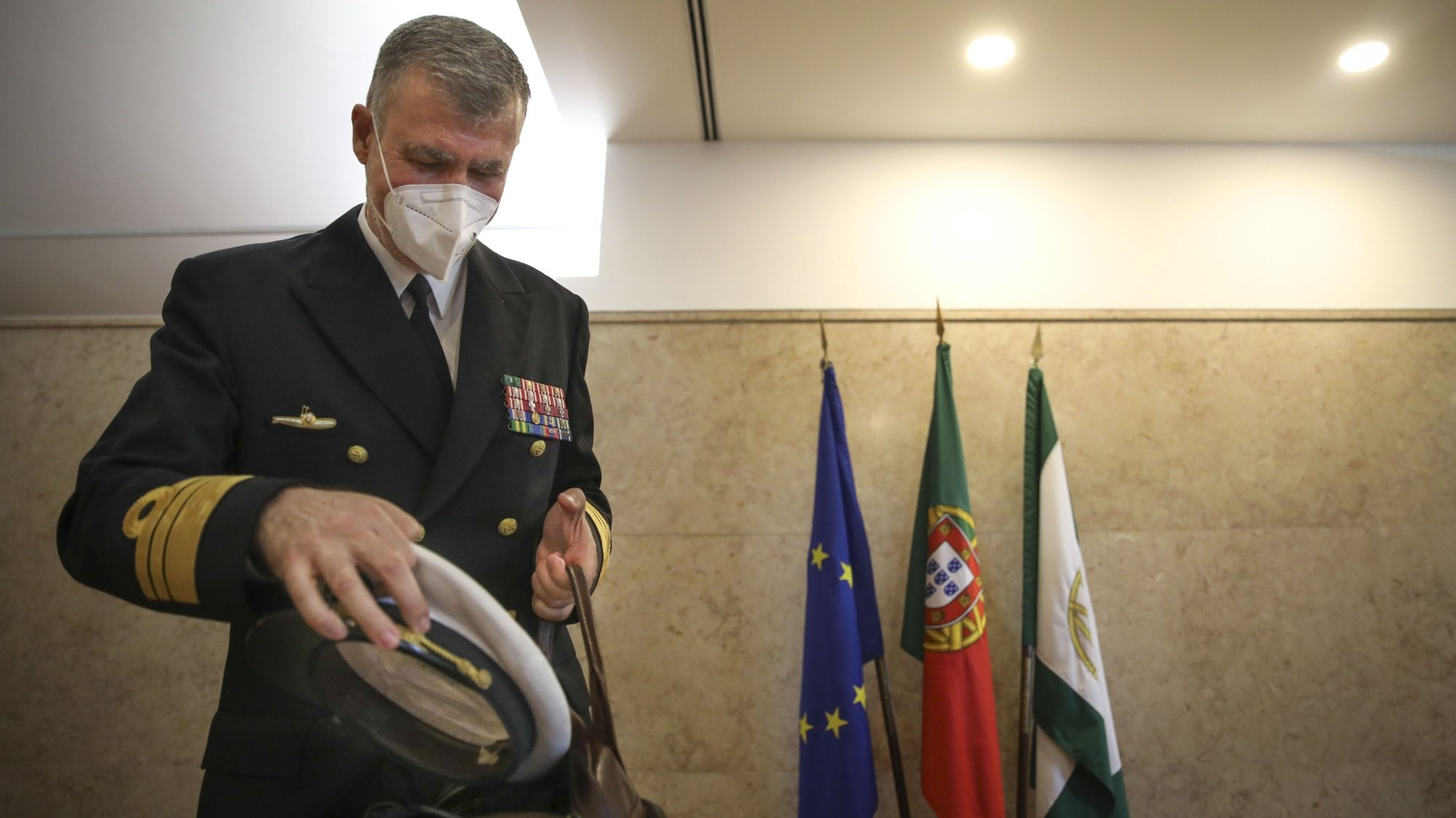 """O coordenador da Task-Force para o Plano de Vacinação contra a Covid-19, vice-almirante Henrique Gouveia e Melo, durante a audição na Comissão Eventual para o acompanhamento da aplicação das medidas de resposta à pandemia da doença COVID-19, com o intuito de proceder ao balanço da atividade de coordenação desenvolvida pela Task-Force para o Plano de Vacinação contra a Covid-19"""" na Assembleia da República, em Lisboa, 12 de outubro de 2021.  ANDRÉ KOSTERS/LUSA"""