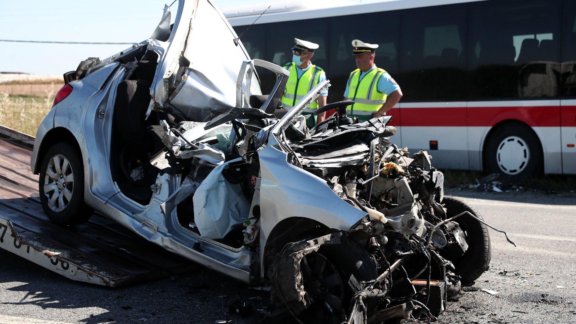 Técnicos colocam num reboque o automóvel ligeiro que colidiu com um autocarro da Rodoviária Nacional, provocando a morte ao condutor do ligeiro e ferimentos leves ao condutor do autocarro, que transportava vários passageiros. O acidente deu-se na Estrada Nacional (EN) 18, na zona de Monte Trigo, concelho de Évora, 25 de maio de 2021. NUNO VEIGA/LUSA