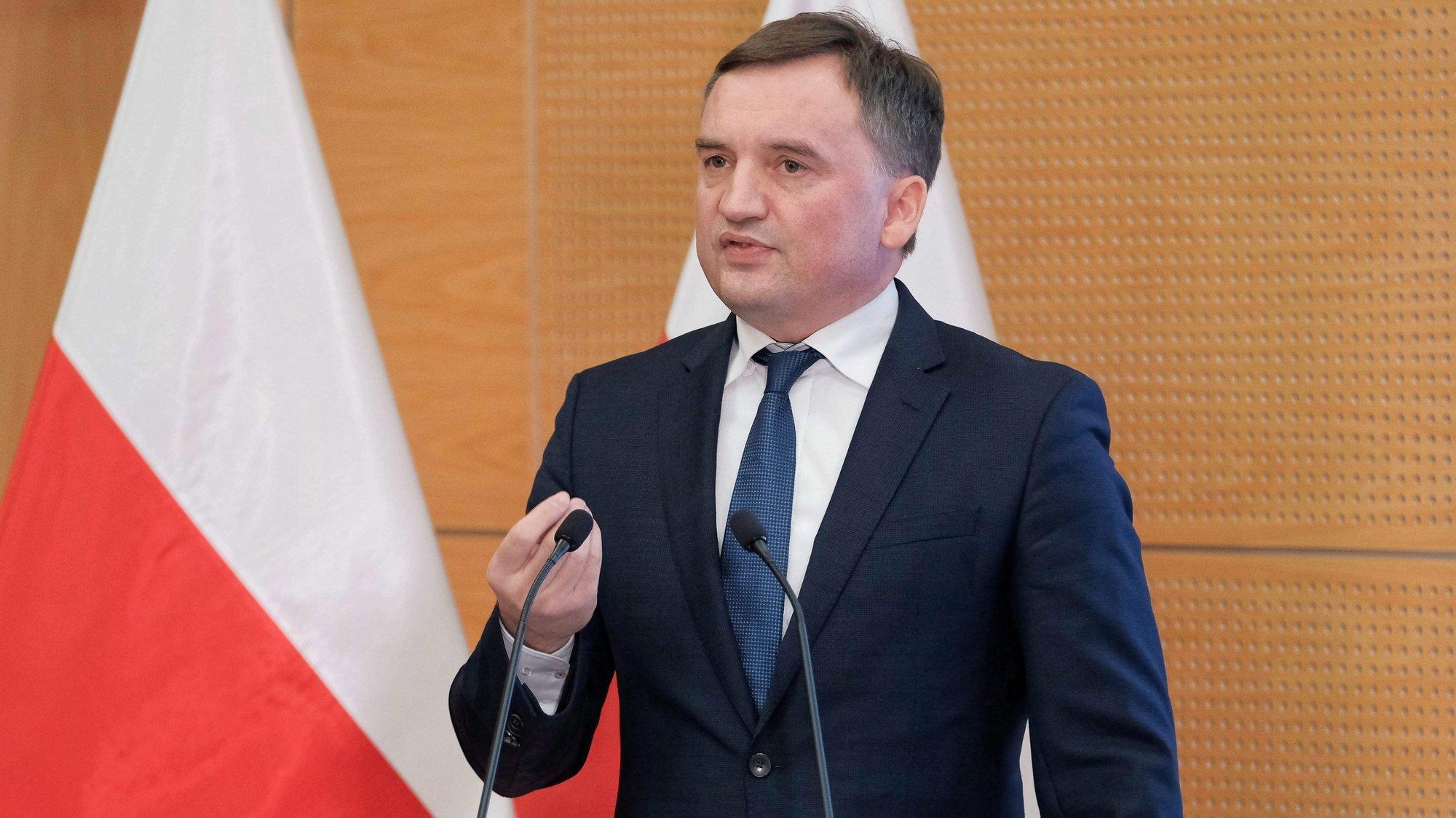 Ministro da justiça polaco, Zbigniew Ziobro, intervém numa conferência de imprensa