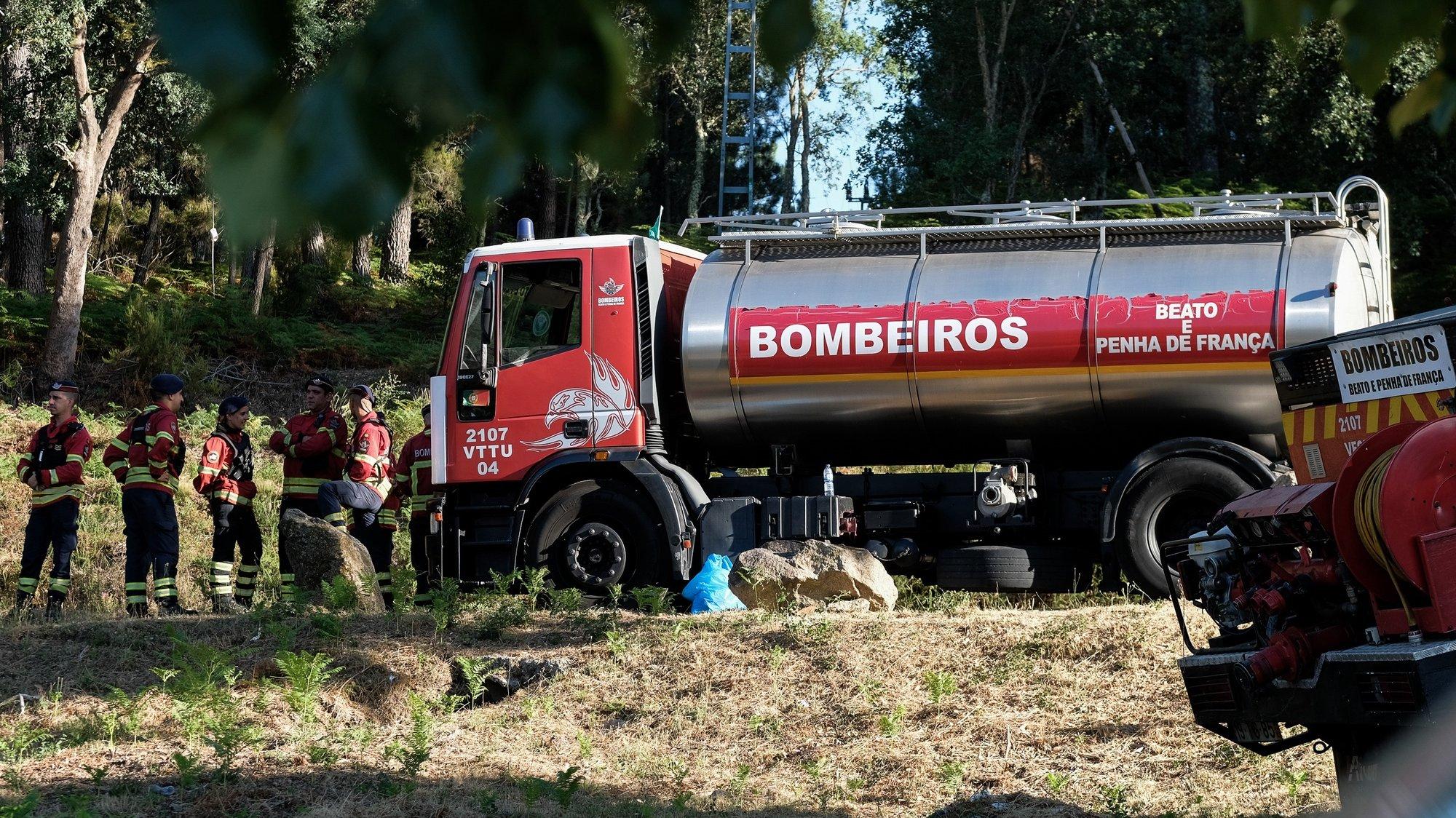 Bombeiros combatem um incêndio no Parque Nacional da Peneda-Gerês que deflagrou pelas 05:00, em Lindoso, Ponte da Barca, Viana do Castelo, 08 de agosto de 2020. Às 17:30 o incêndio estava a ser combatido por 121 operacionais, 35 viaturas e 7 meios aéreos. ARMÉNIO BELO/LUSA
