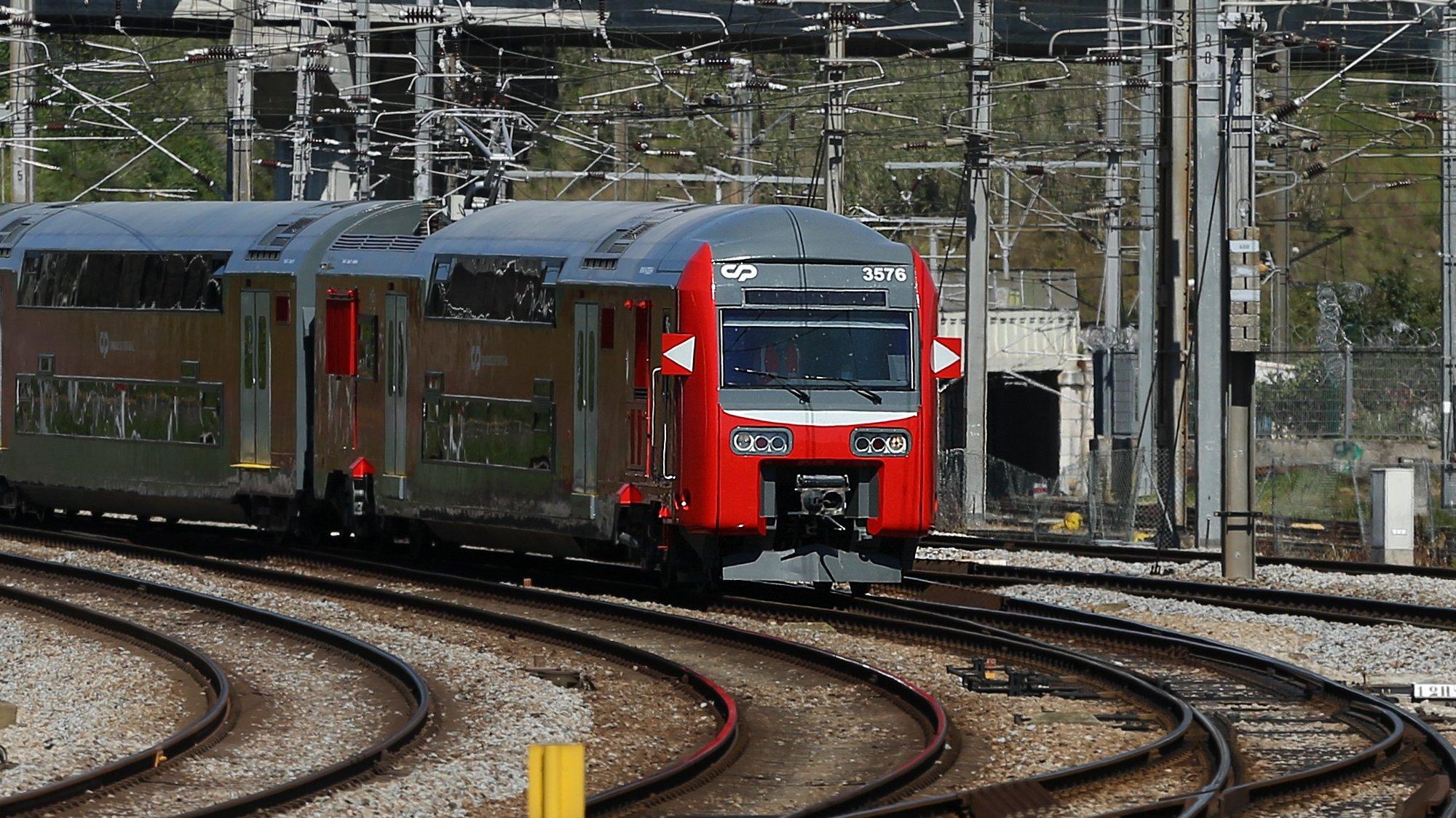 Chegada à estação de Campolide de um comboio da CP de dois andares após reabilitação no Entroncamento, Lisboa, 16 de março de 2021. (ACOMPANHA TEXTO DE 17/03/2021)  MANUEL DE ALMEIDA/LUSA