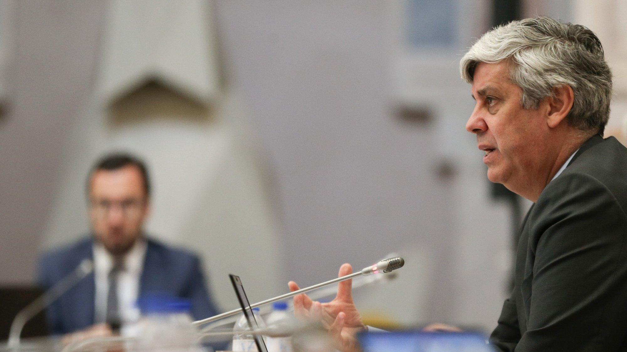 O governador do Banco de Portugal (BdP), Mário Centeno (R), durante a apresentação do relatório do conselho de administração de Aividade e Contas relativo a 2020, na Nave do Museu do Dinheiro do BdP, em Lisboa, 13 de maio de 2021. MANUEL DE ALMEIDA/LUSA