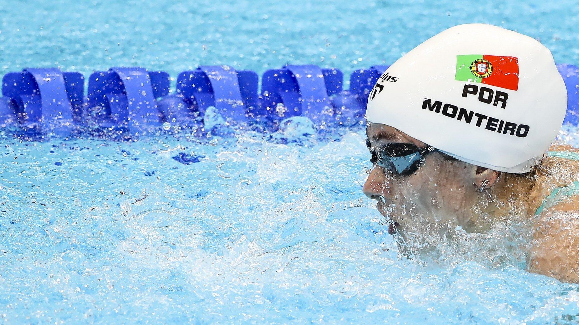 A nadadora portuguesa Ana Catarina Monteiro em ação durante a prova de qualificação dos 200 metros mariposa dos Jogos Olímpicos Tóquio2020, Japão, 27 de julho de 2021. A portuguesa de 27 anos avançou na qualificação ao conseguir o 14.º melhor tempo (2.11,45) na estreia em Jogos Olímpicos. JOSÉ COELHO/LUSA