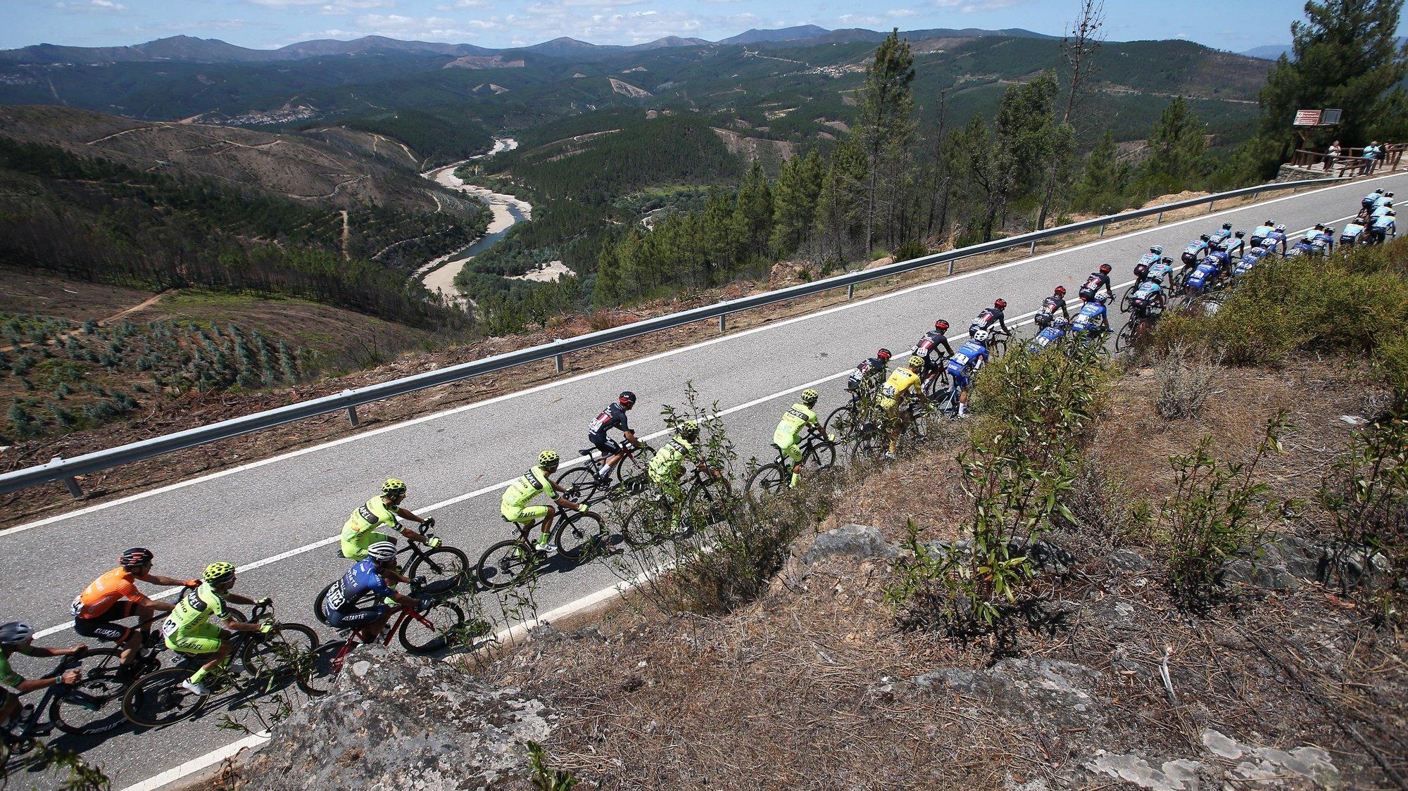 O pelotão durante a 3ª etapa da 82ª Volta a Portugal em Bicicleta, disputada hoje entre Sertã - Covilhã (Torre) com a distância de 170,3 Km. Castelo Branco, 07 de agosto de 2021. NUNO VEIGA/LUSA