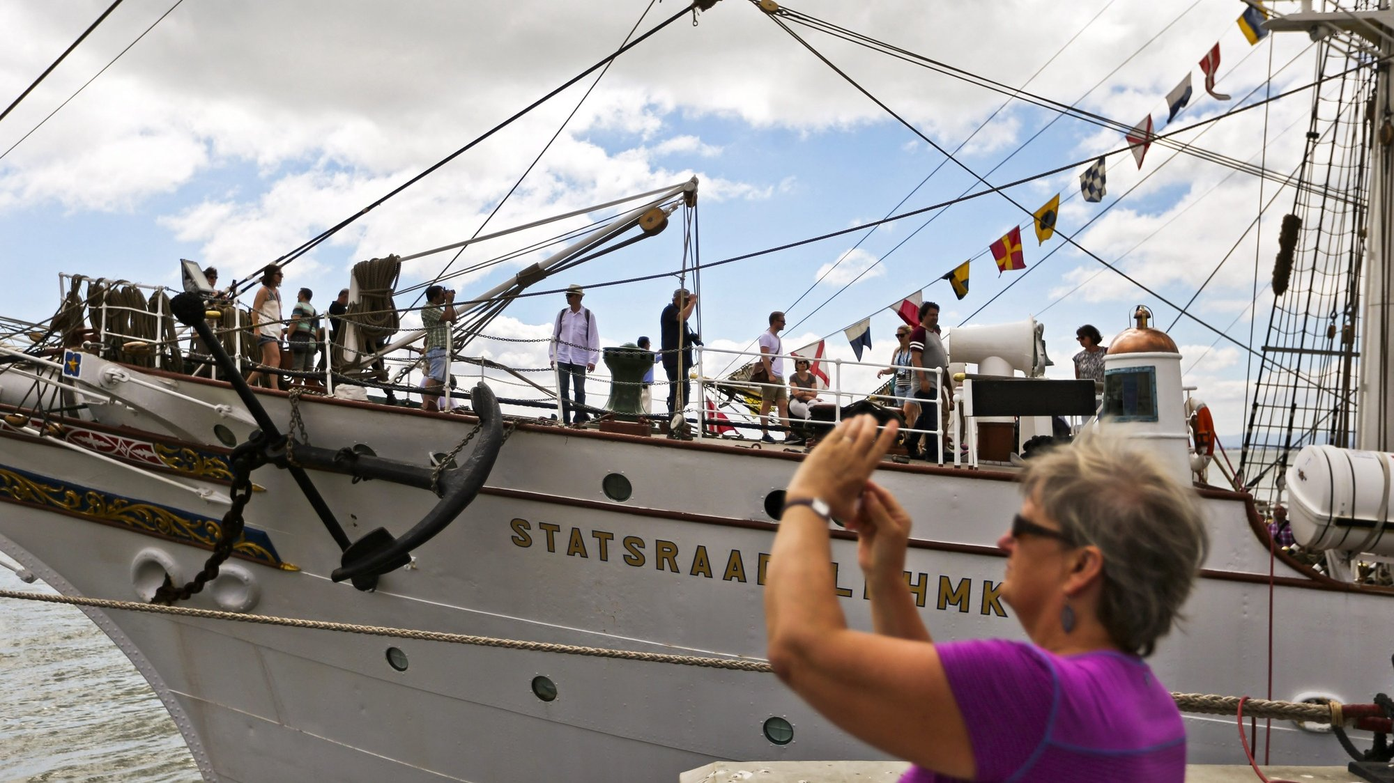 epa05436635 People visit the Norway's ship Statsraad Lehmkuhl  at Santa Apolonia dock during the Tall Ships Races Lisbon 2016, in Lisbon, Portugal, 22 July 2016. The event celebrates its 60th anniversary this year.  EPA/MARIO CRUZ