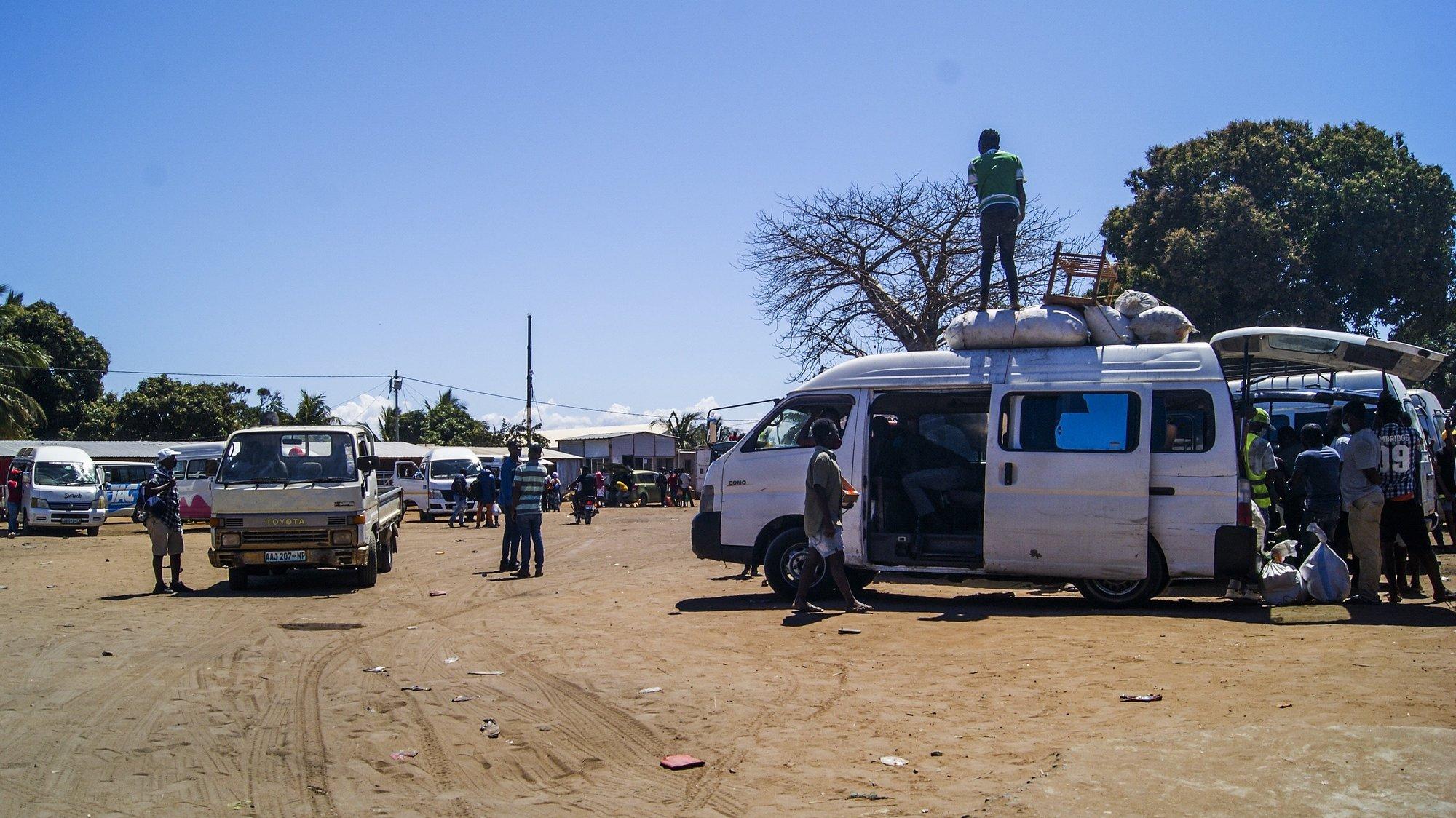 Terminal rodoviário de passageiros de Pemba, Cabo Delgado, Moçambique, 19 de agosto de 2021. Na sequência dos ataques, que aterrorizam a província de Cabo Delgado desde 2017, há mais de 3.100 mortes, segundo o projeto de registo de conflitos ACLED, e mais de 817 mil deslocados, segundo as autoridades moçambicanas. (ACOMPANHA TEXTO DE 20 DE AGOSTO DE 2021). LUÍSA NHANTUMBO/LUSA