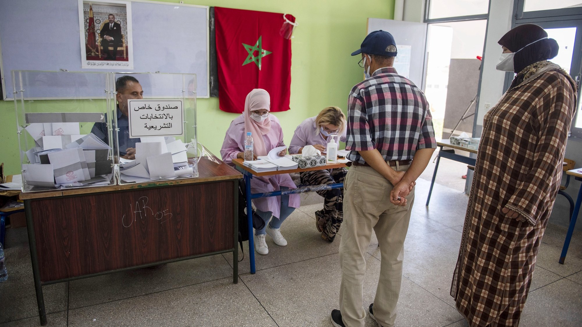 epa09455161 A voter prepares to cast a ballot for the parliamentary elections at a polling station in Sale, Morocco, 08 September 2021. Moroccans were called to vote in parliamentary and local elections.  EPA/JALAL MORCHIDI