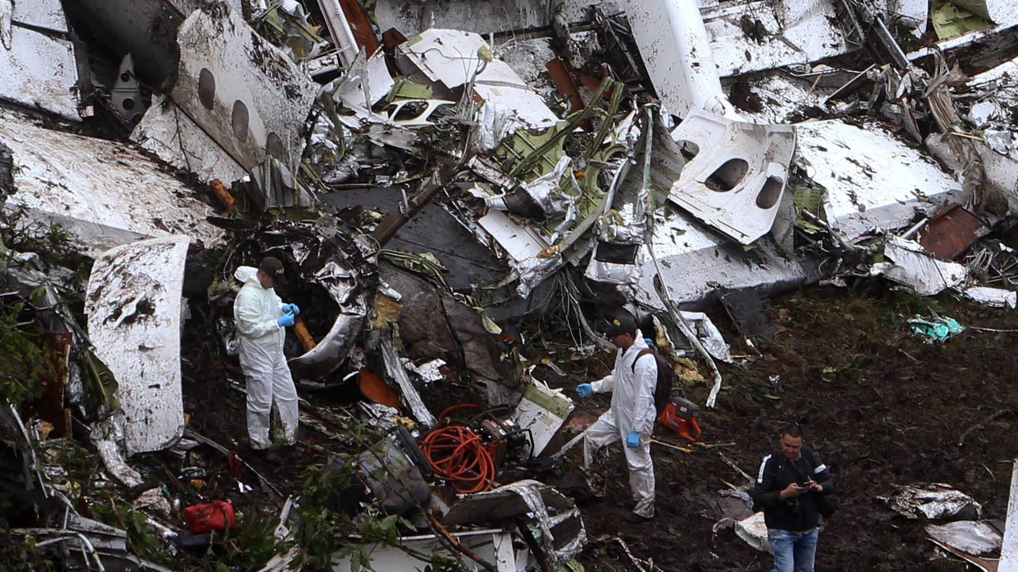 epaselect epa05652352 Rescue workers work at the scene of the plane crash in the municipality of La Union, Department of Antioquia, Colombia, 29 November 2016. According to reports, 75 people died when an aircraft crashed late 28 November 2016 with 81 people on board, including players of the Brazilian soccer club Chapecoense. The plane crashed in a mountainous area outside Medellin, Colombia as it was approaching the Jose Maria Cordoba airport. The cause of the incident is as yet uknown. Chapecoense were scheduled to play in the Copa Sudamericana final against Medellin's Atletico Nacional on 30 November 2016.  EPA/LUIS EDUARDO NORIEGA A.
