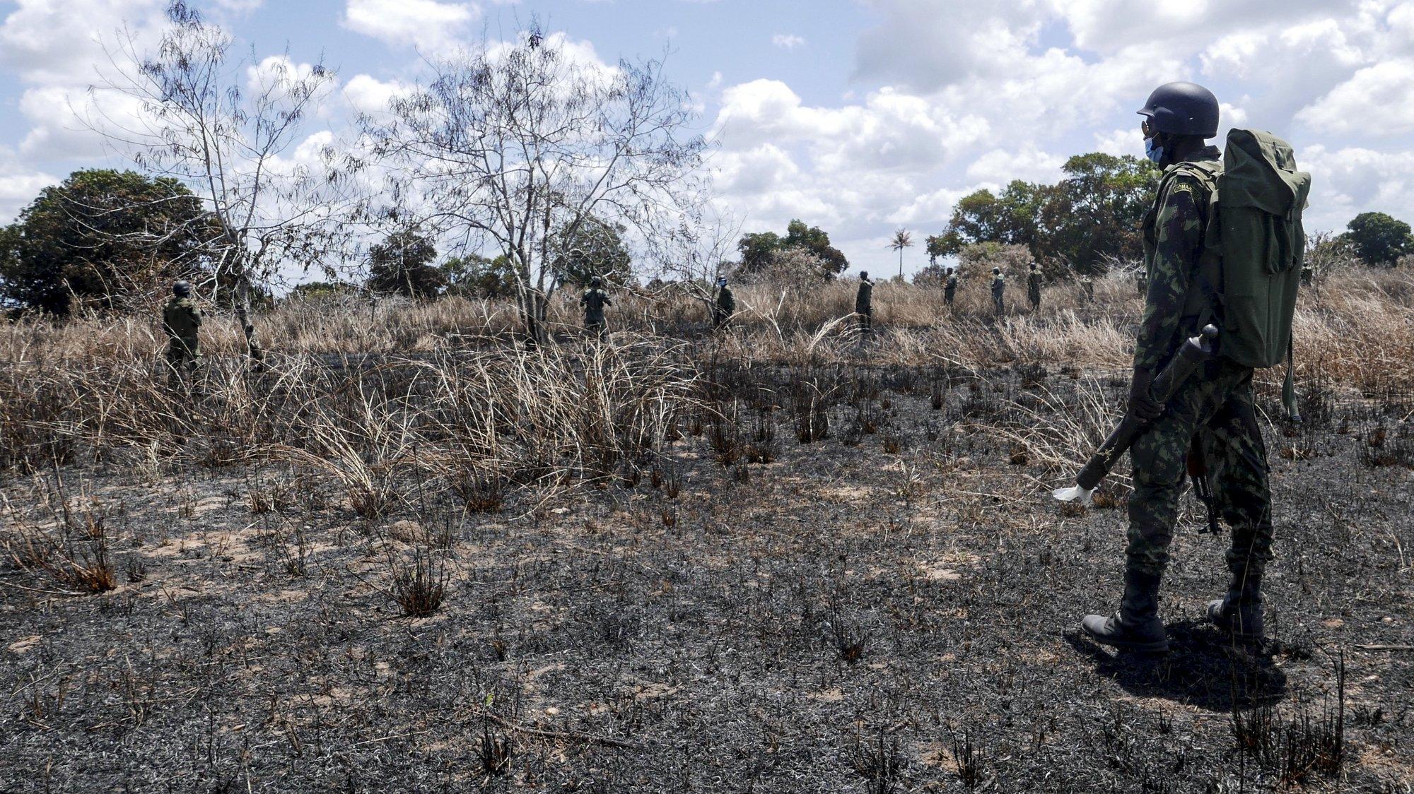 Militares de Moçambique e Ruanda patrulham a vila de Mocímboa da Praia e infraestruturas em redor, tais como estações de água e linhas elétricas, cujas reparações arrancaram esta semana após grave destruição. Grupos rebeldes ocuparam a vila durante um ano, até ao início de agosto, Mocimboa da Praia, Cabo Delgado, Moçambique, 9 de setembro de 2021. Uma comitiva da empresa Eletricidade de Moçambique e do Governo moçambicano liderada pelo ministro dos Recursos Minerais e Energia, Max Tonela, visitou hoje zonas libertadas do conflito armado em Cabo Delgado para avaliar danos e estudar reparações. Foi a primeira visita governamental a passar por Mocímboa da Praia desde a reconquista. Grupos rebeldes ocuparam a vila durante um ano, até ao início de agosto, e deixaram-na deserta e gravemente danificada. LUIS MIGUEL FONSECA/LUSA