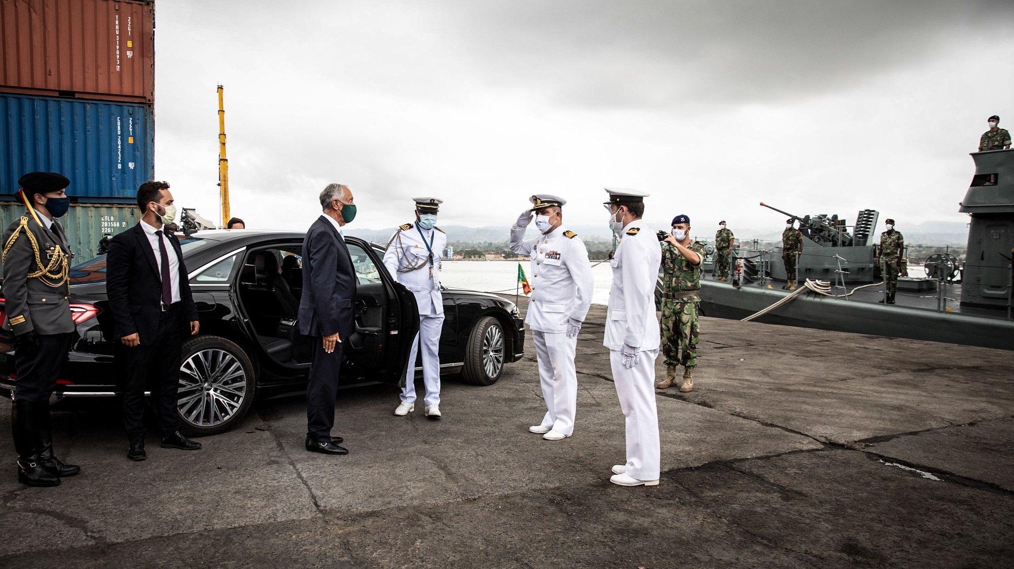 O Presidente da República, Marcelo da Rebelo de Sousa (3-E), durante a visita ao navio-patrulha Zaire, da Marinha Portuguesa, que desde janeiro de 2018 se encontra em missão em São Tomé e Príncipe, no âmbito de um acordo bilateral, São Tomé e Príncipe, 02 de outubro de 2021. O chefe de Estado português chegou na sexta-feira a São Tomé e Príncipe para a cerimónia de posse do novo Presidente são-tomense, Carlos Vila Nova. MIGUEL FIGUEIREDO LOPES/PRESIDÊNCIA DA REPÚBLICA/LUSA