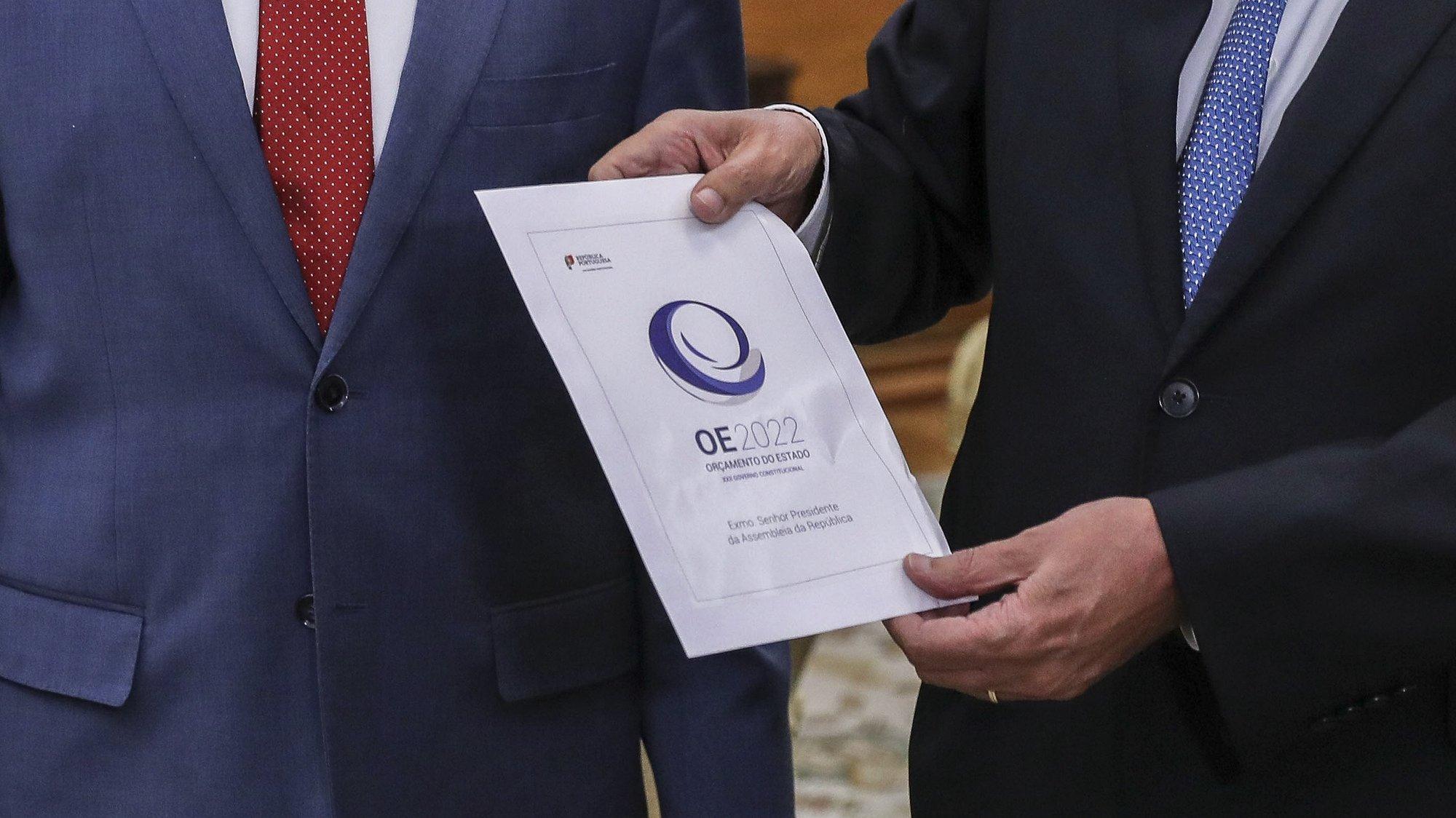 O ministro das Finanças, João Leão (E), acompanhado pelo presidente da Assembleia da República, Eduardo Ferro Rodrigues na entrega do Orçamento de Estado para 2022, na Assembleia da República, em Lisboa, 11 de outubro de 2021. MIGUEL A. LOPES/LUSA