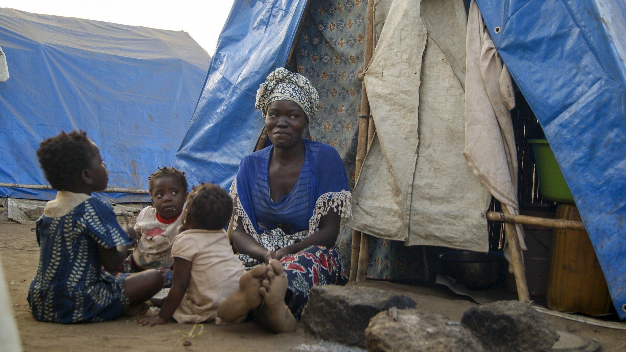 Uma mulher acompanhada por crianças num dos campos de acolhimento de deslocados em Metuge, espaço que alberga deslocados que fogem da violência armada no norte de Moçambique, Cabo Delgado, Moçambique, 16 de agosto de 2021. Na sequência dos ataques, que aterrorizam a província de Cabo Delgado desde 2017, há mais de 3.100 mortes, segundo o projeto de registo de conflitos ACLED, e mais de 817 mil deslocados, segundo as autoridades moçambicanas. (ACOMPANHA TEXTO DA LUSA DO DIA 17 DE AGOSTO DE 2021). LUÍSA NHANTUMBO/LUSA