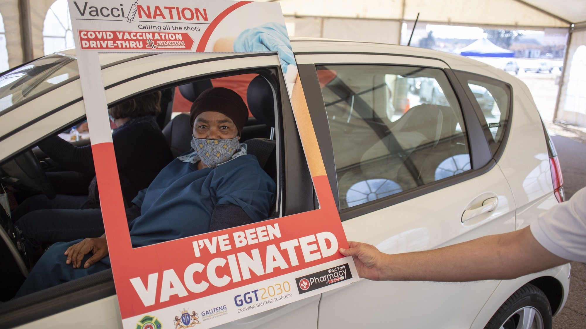 epa09418882 A person has her vaccine administered at a drive through Covid-19 coronavirus vaccination site at the Swartkops Raceway in Pretoria, South Africa, 18 August 2021. South Africa has to date vaccinated 17 percent of the population and is aiming at starting vaccinations for over 18 year olds in the next weeks.  EPA/KIM LUDBROOK